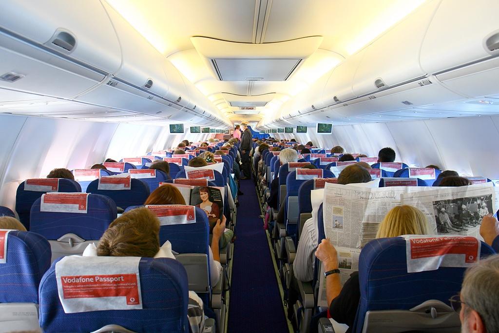 File boeing 757 208 icelandair wikimedia for Avion de luxe interieur