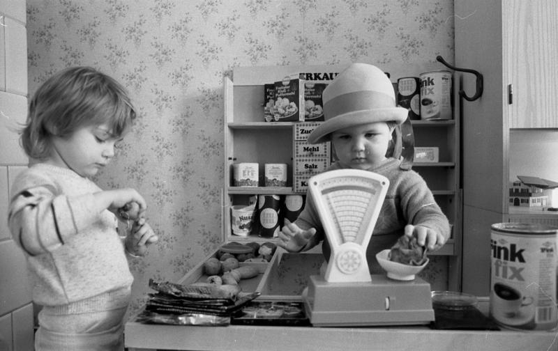 File:Bundesarchiv Bild 183-1988-0218-013, Kindergarten, Kinder beim Spiel.jpg