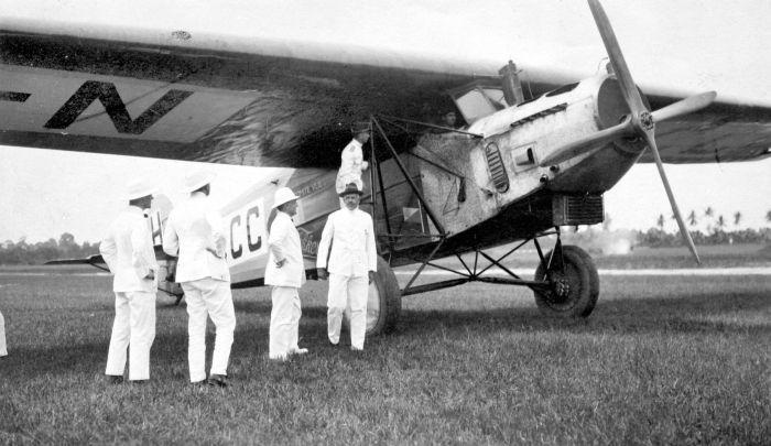 COLLECTIE_TROPENMUSEUM_De_Fokker_VII_op_het_vliegveld_te_Medan_waar_het_op_24_november_1924_als_eerste_vliegtuig_op_de_vlucht_tussen_Holland_en_Indi%C3%AB_landde_TMnr_10010893.jpg