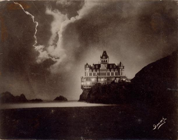 Cliff House près de San Francisco pendant un orage vers 1900.