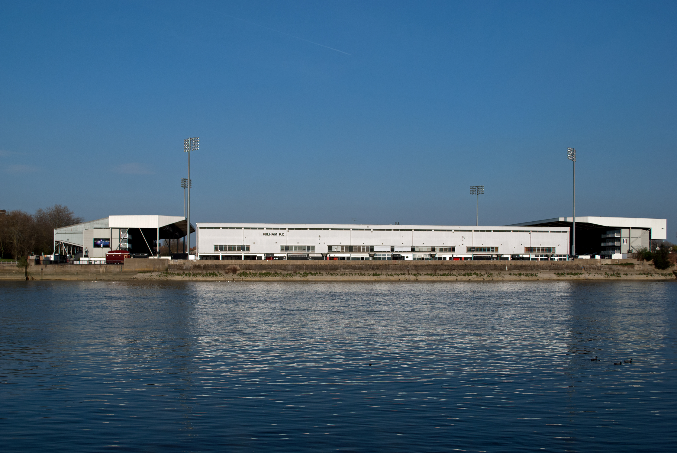 File Craven Cottage Fulham Fc Stadium From Across The River Thames Jpg Wikimedia Commons