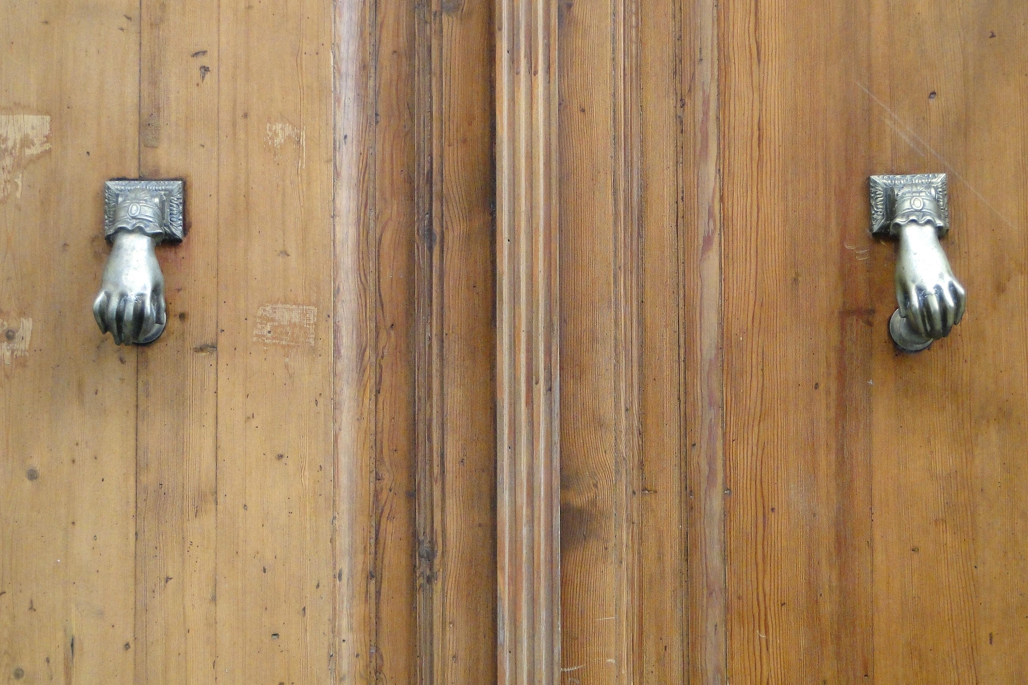 FileDoor Knockers in Shape of Human Hands - Granada - Spain.jpg & File:Door Knockers in Shape of Human Hands - Granada - Spain.jpg ...