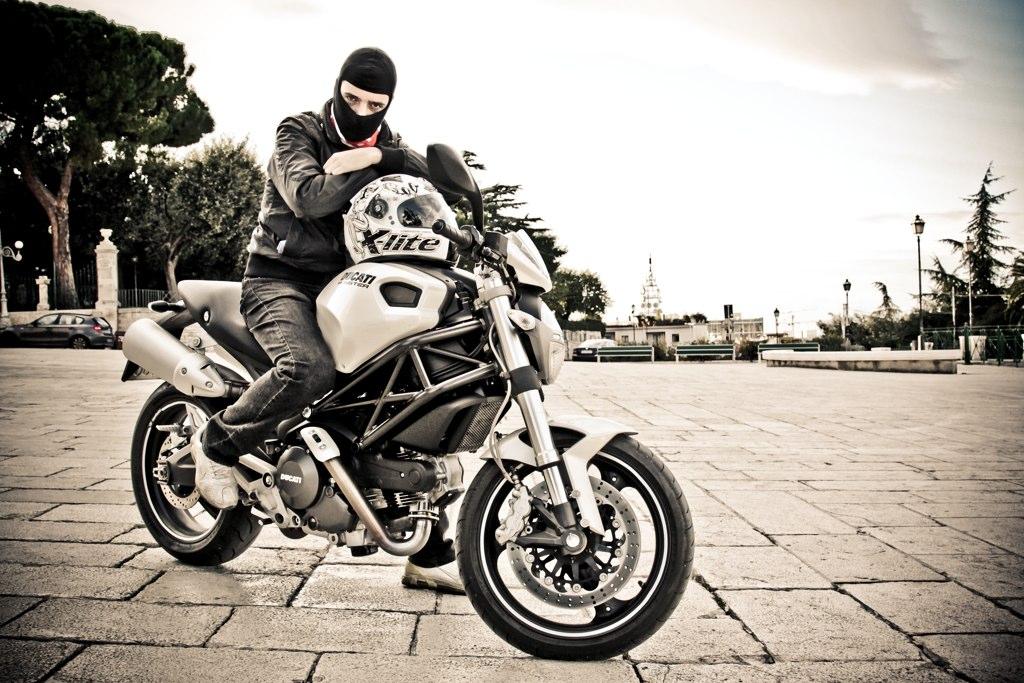 File:Ducati ... Ducati Monster 1100