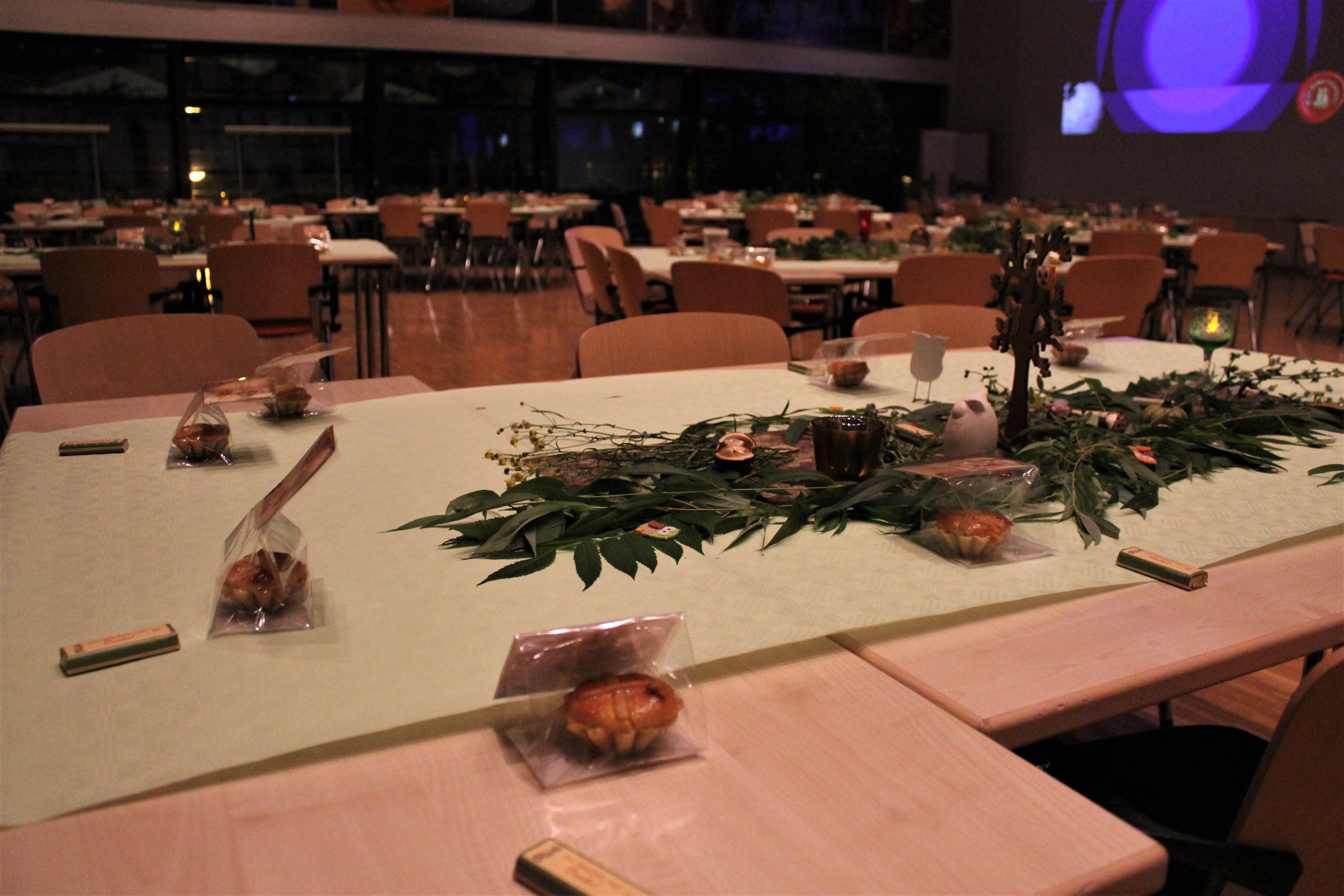 File Eulenverleihung Tischdeko 1 Jpg Wikimedia Commons