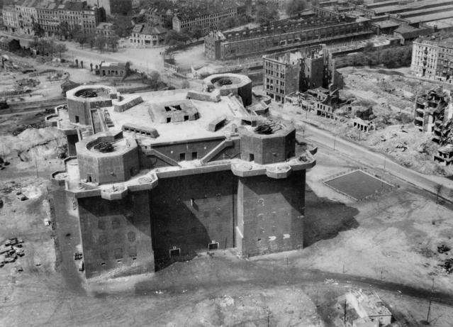 Flakturm_IV_Hamburg_aerial_photo_1945.jp