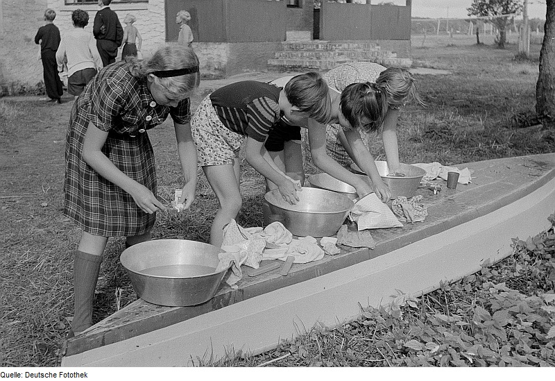 Fotothek df roe-neg 0006369 028 Mädchen beim Waschen und Zähne putzen