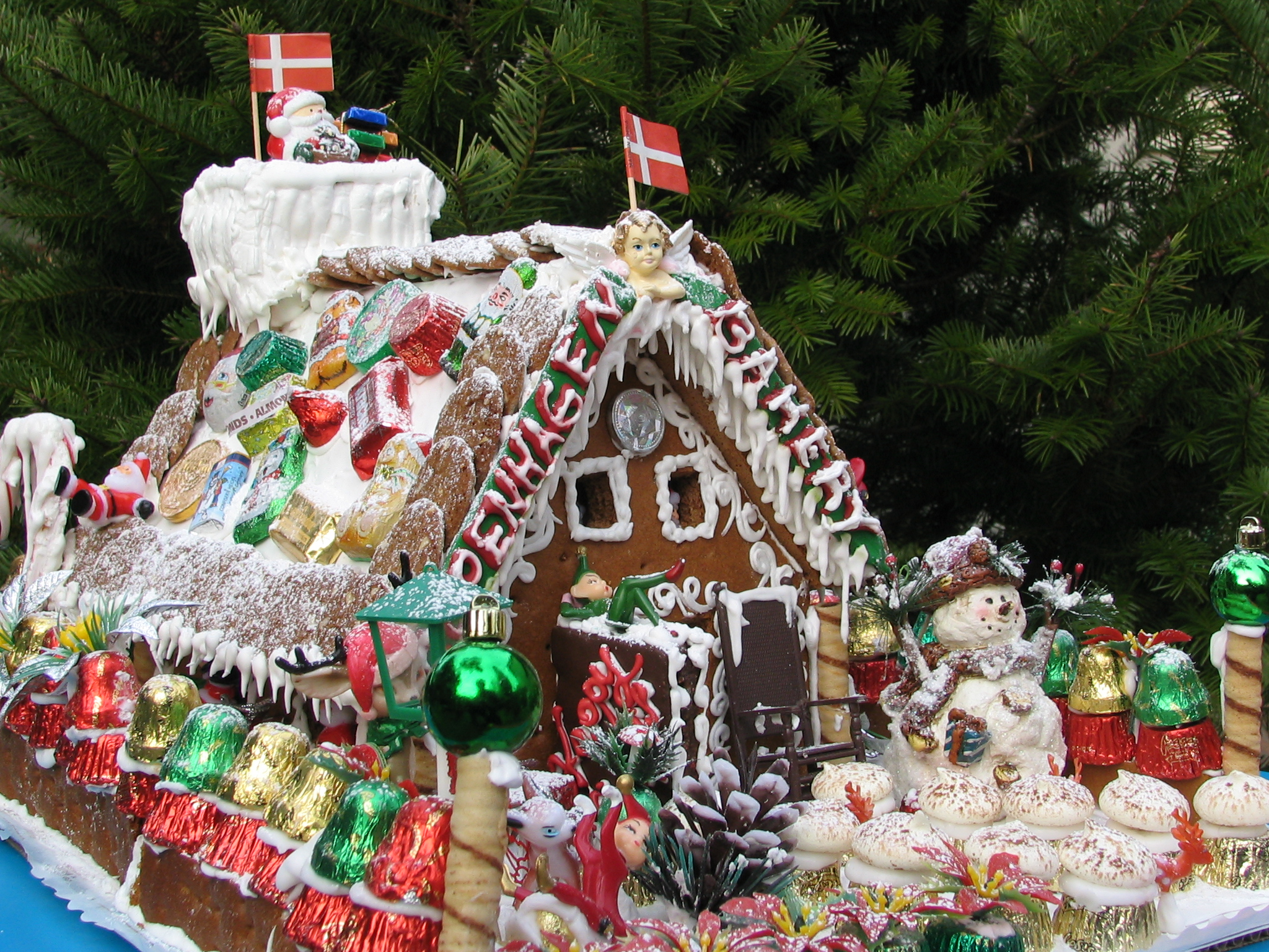 File:Gingerbread house decorated with candy.jpg - Wikimedia Commons