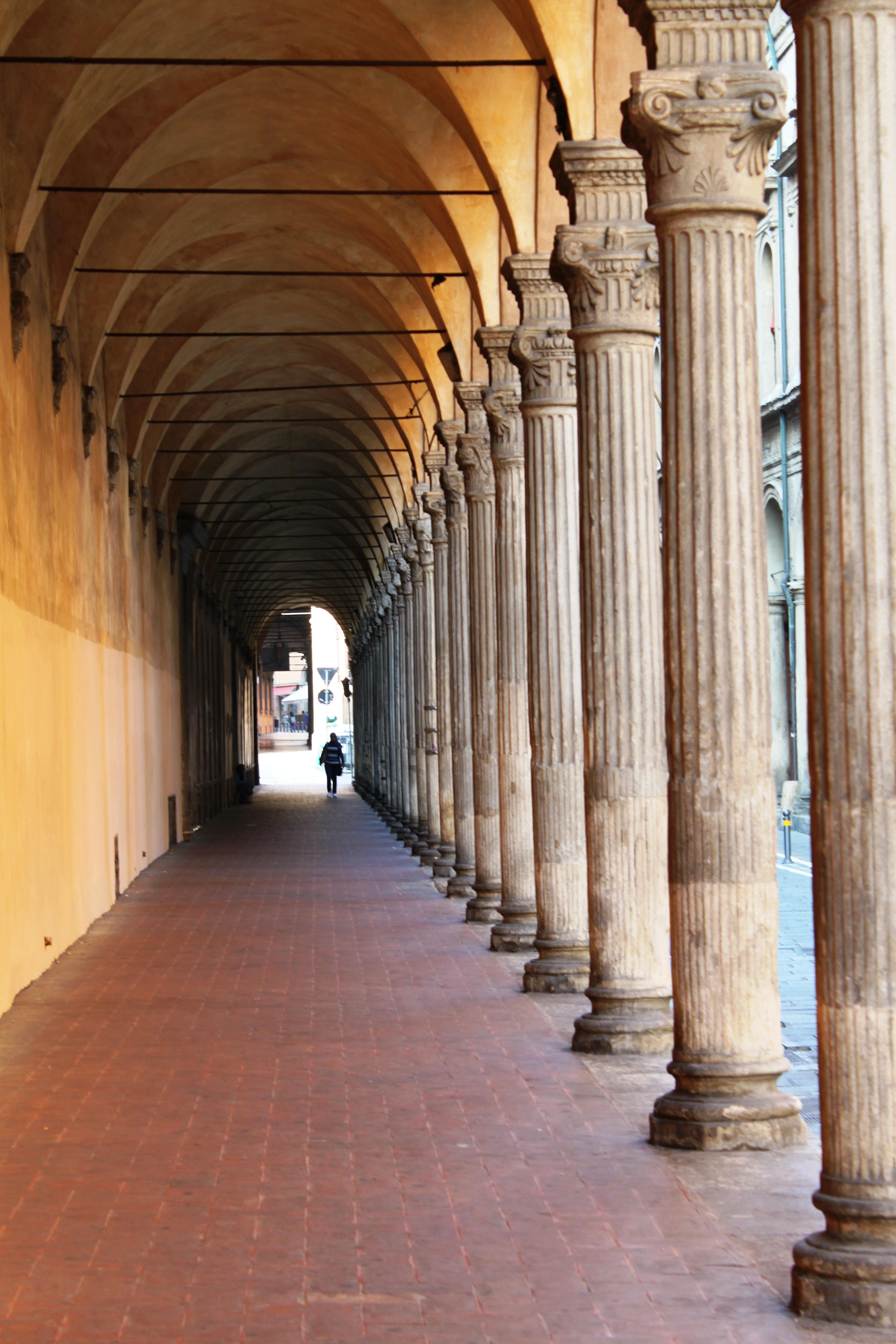File:Il portico di San Giacomo prima dell\' arrivo degli studenti ...