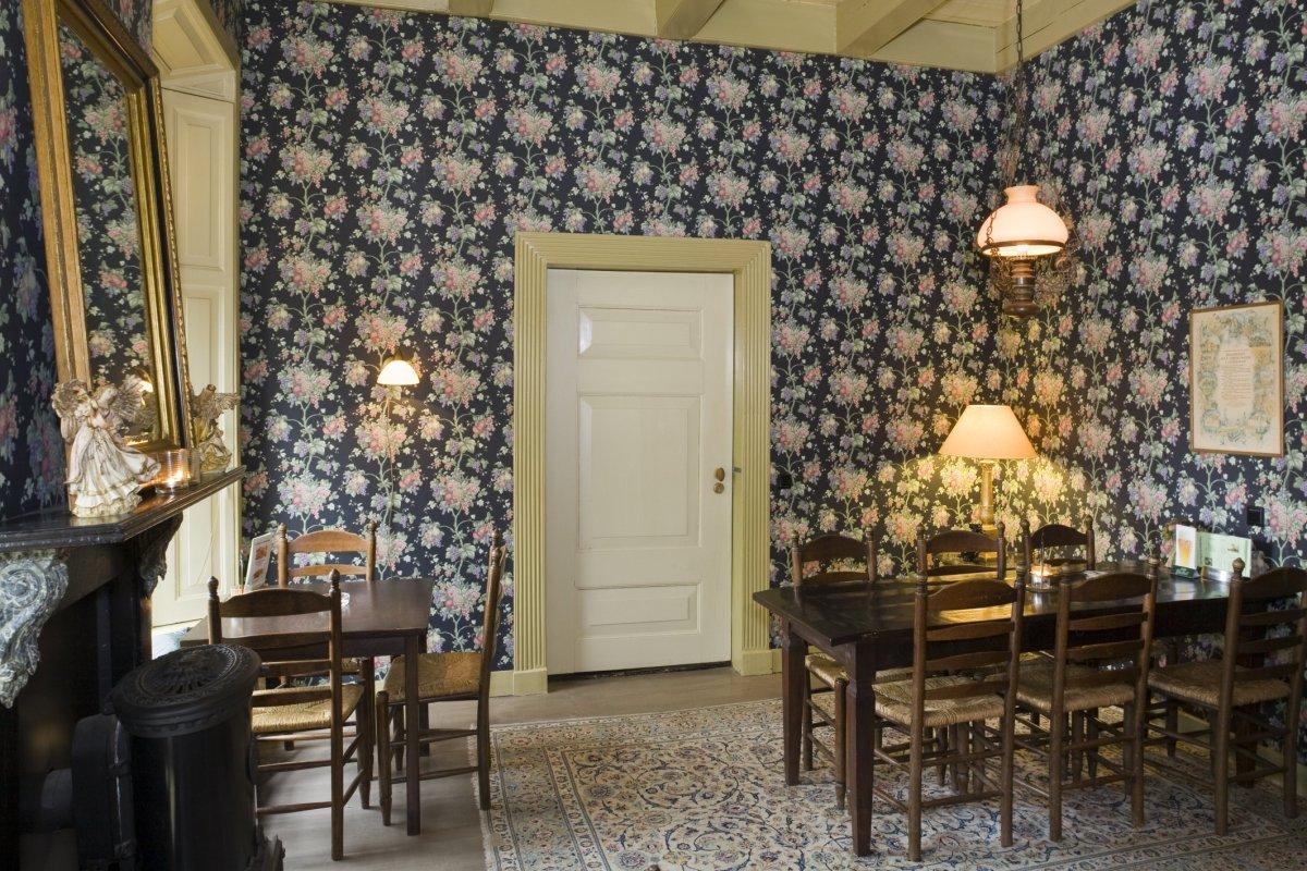 File interieur behang op de achterwand van de gelagkamer for Interieur design online