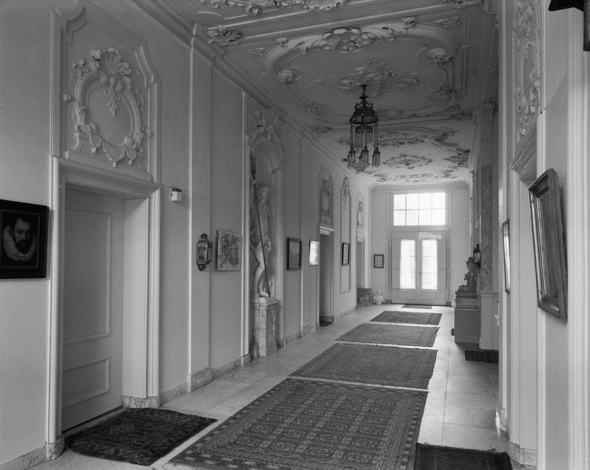 File interieur overzicht van de gang richting de achterzijde met stucwerk marmeren tegels en - Saint maclou tapijt van gang ...
