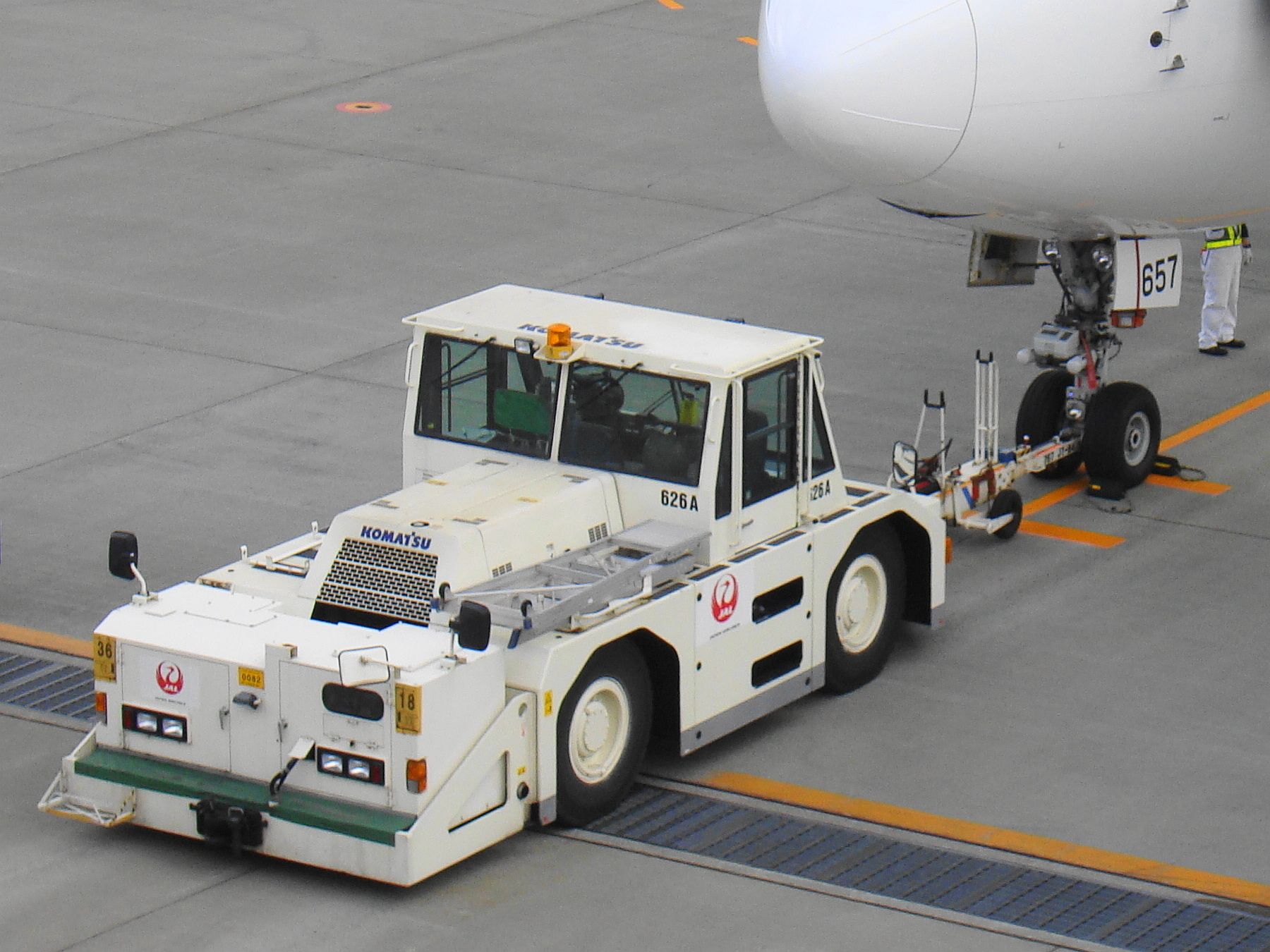 file jal pushback tractor01 jpg wikimedia commons