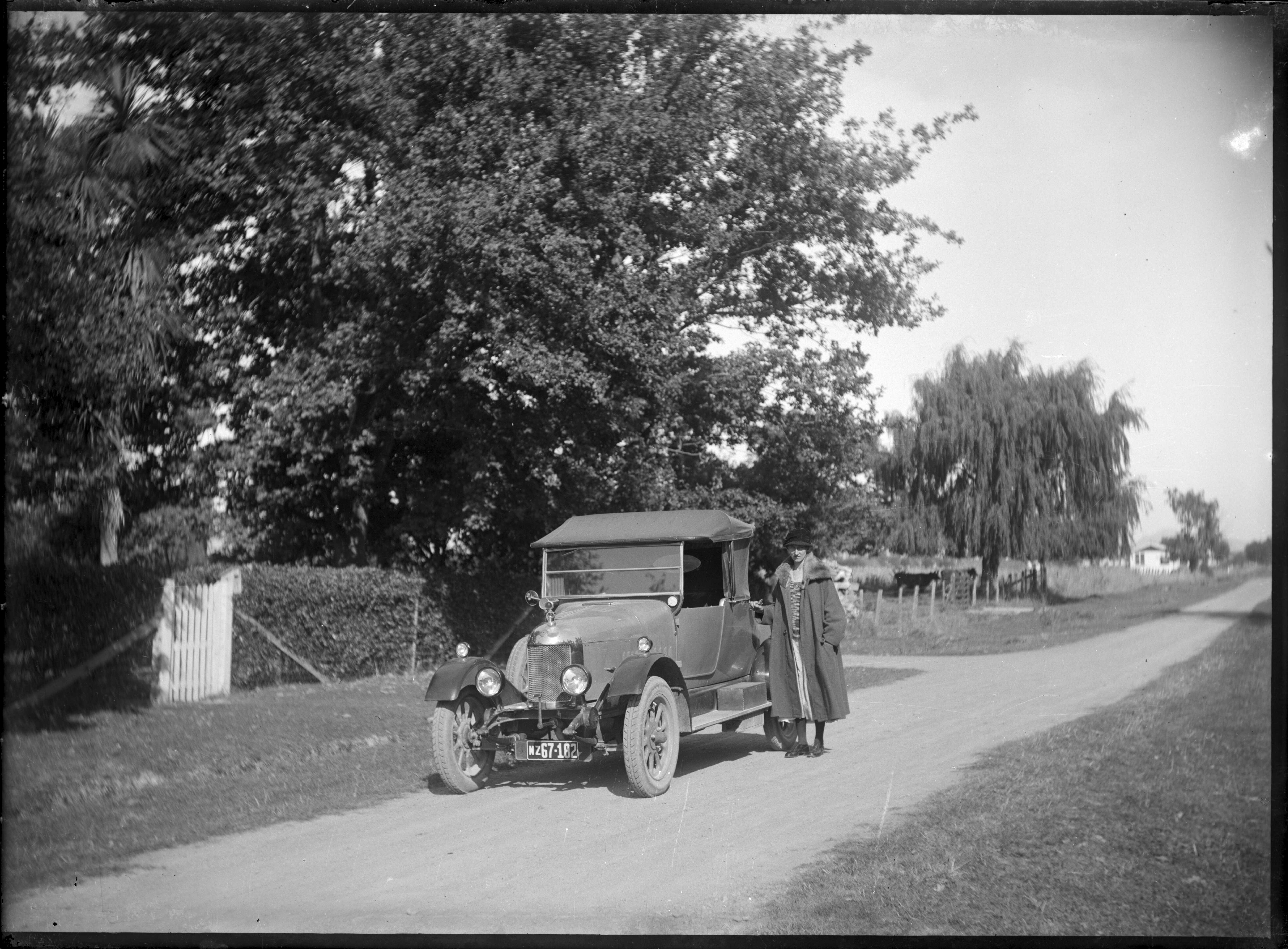 touring car, in Whiteman's Valley Road, Silverstream ATLIB 330745.png English: View of the photographer's wife Laura Godber standing beside a touring car in