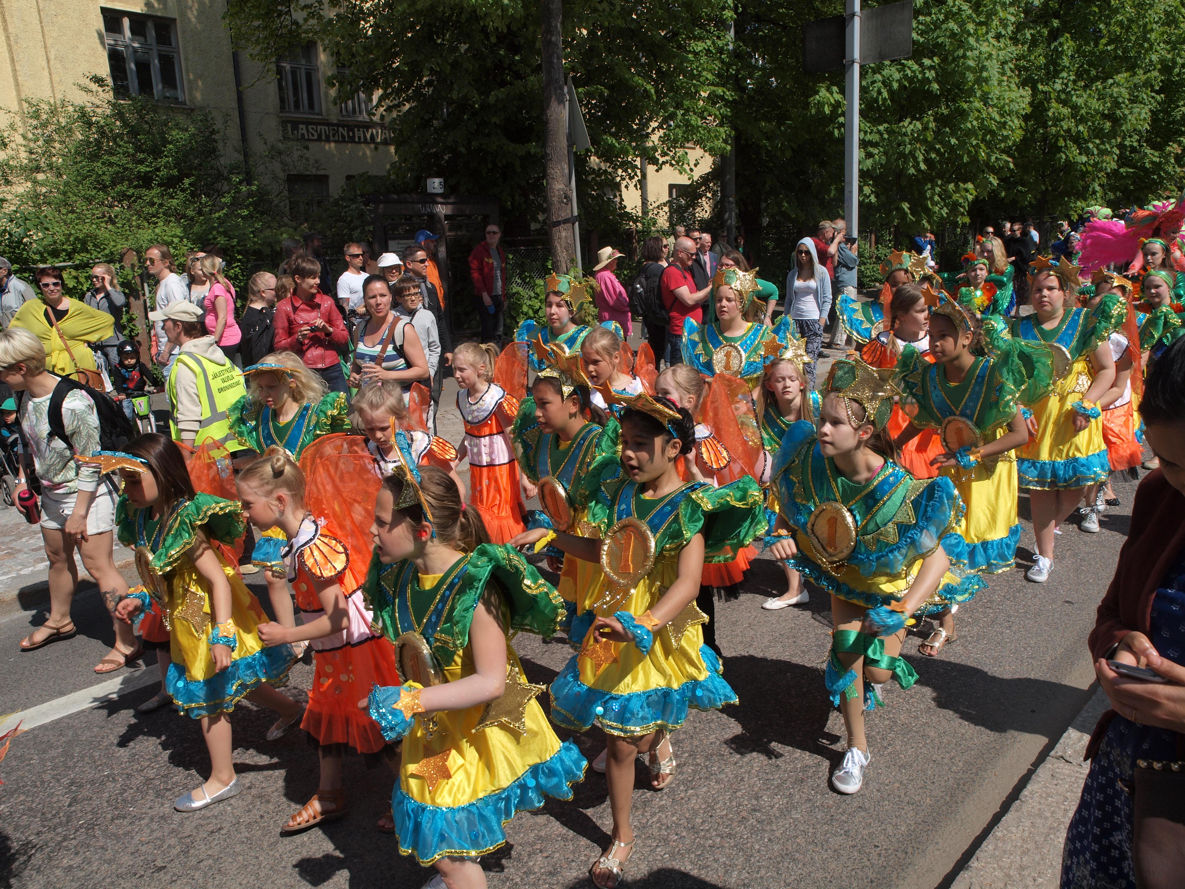 File:Little samba girls at Kallio kukkii 2016.jpg