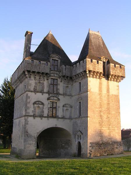 Châtelet d'entrée du château de Matha.