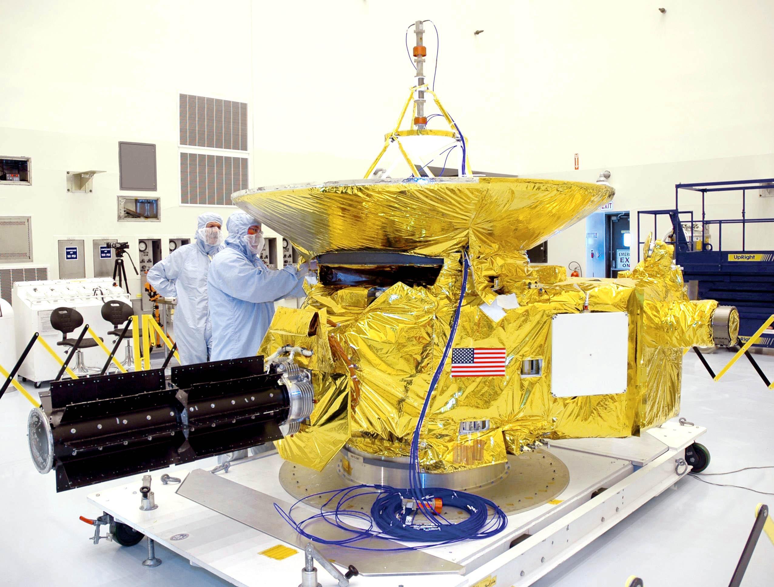 La nave New Horizons durante su ensamblaje final.