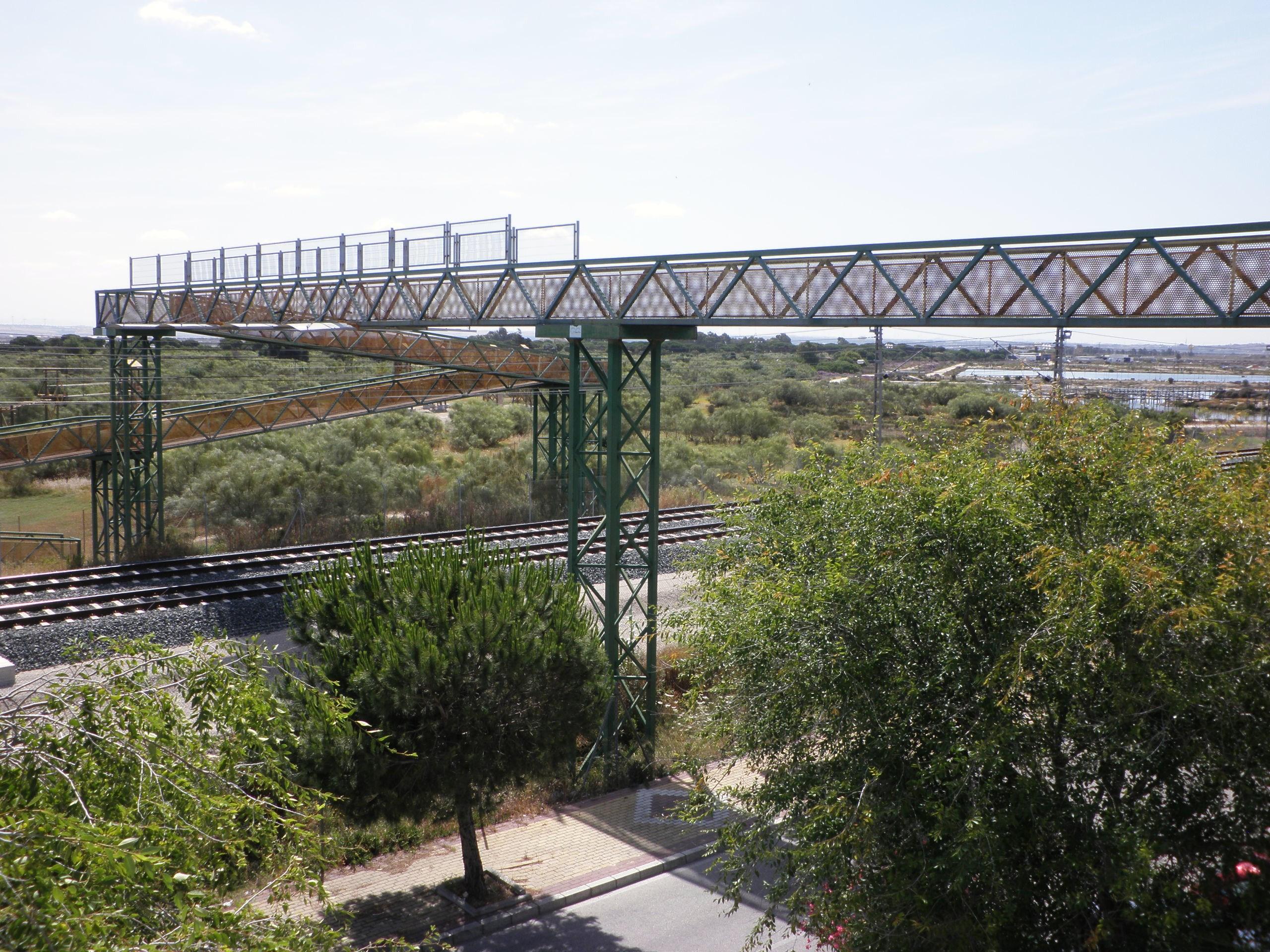 Archivo puente sobre las v as cerca de la estaci n de trenes de valdelagrana el puerto de santa - Tren el puerto de santa maria madrid ...