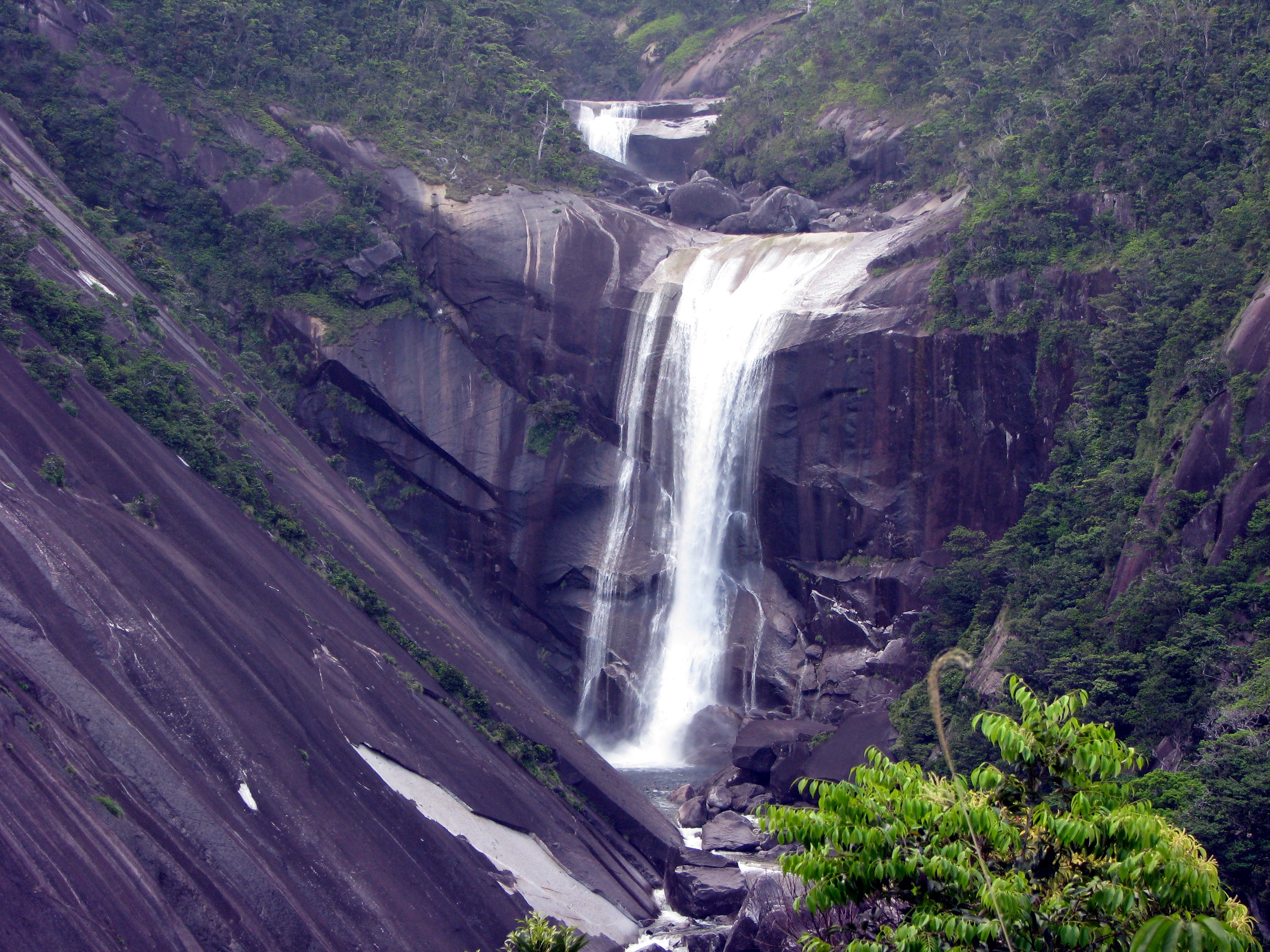 https://upload.wikimedia.org/wikipedia/commons/4/46/Senpiro_Fall_Yakushima_01.jpg