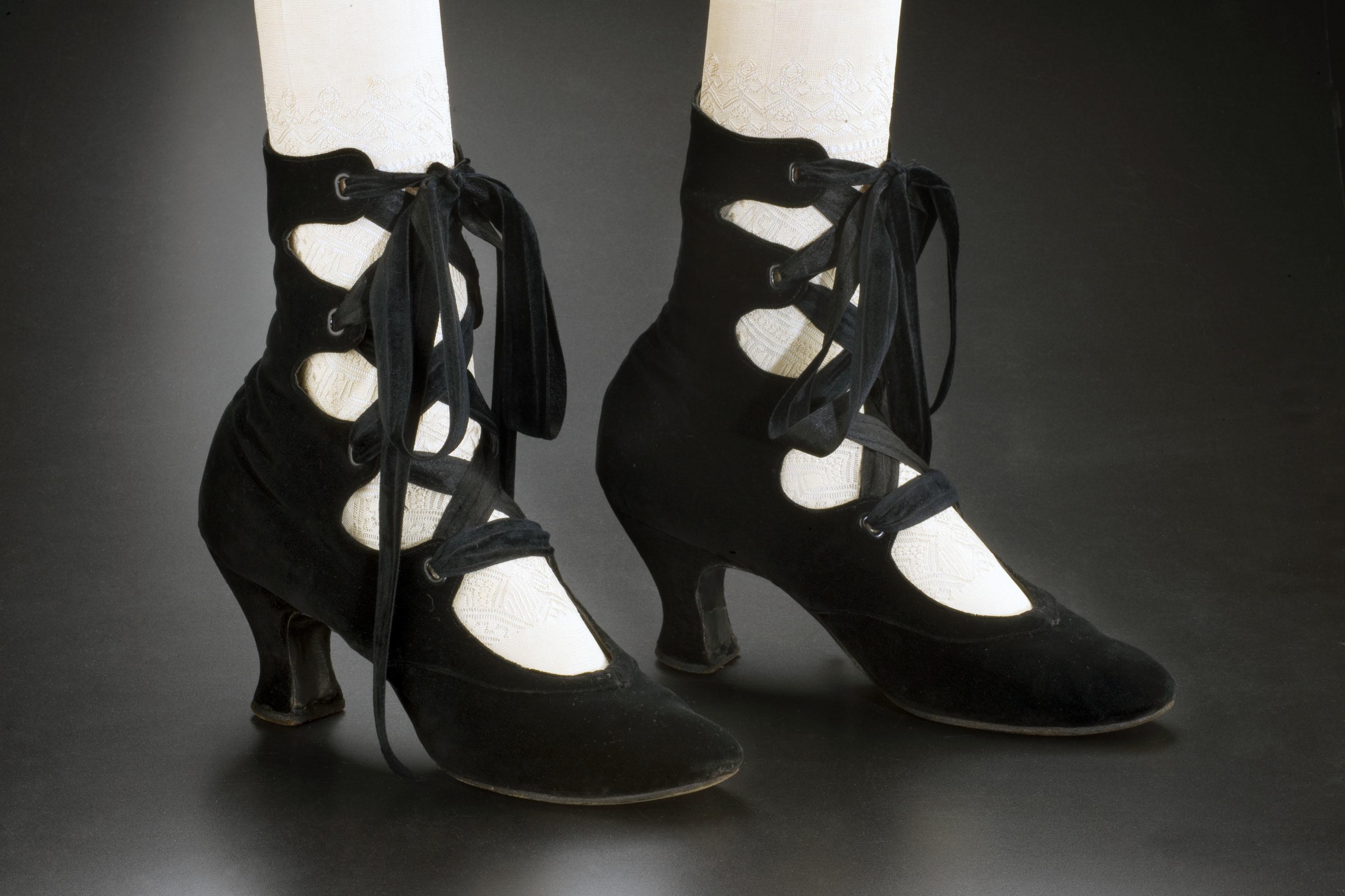 File:Tango shoes, black satin, 1910.jpg