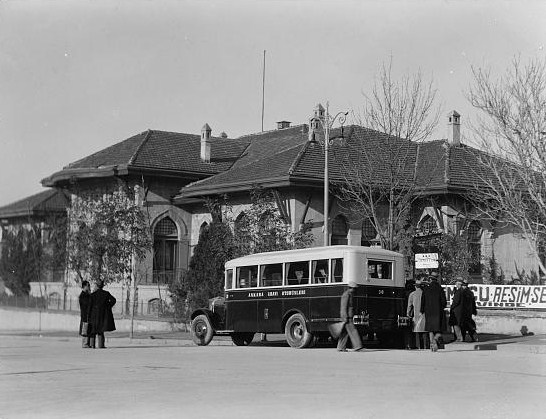 Reforma kapeluszowa w Turcji Turkey._Ankara._An_old_parliament_building._Bus_in_front_1935