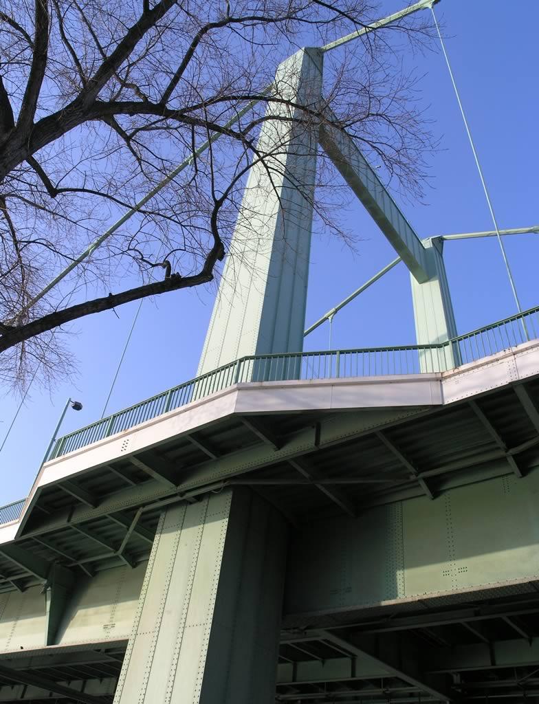 Typisch für die Nachkriegsversion der Mülheimer Brücke in Köln.jpg