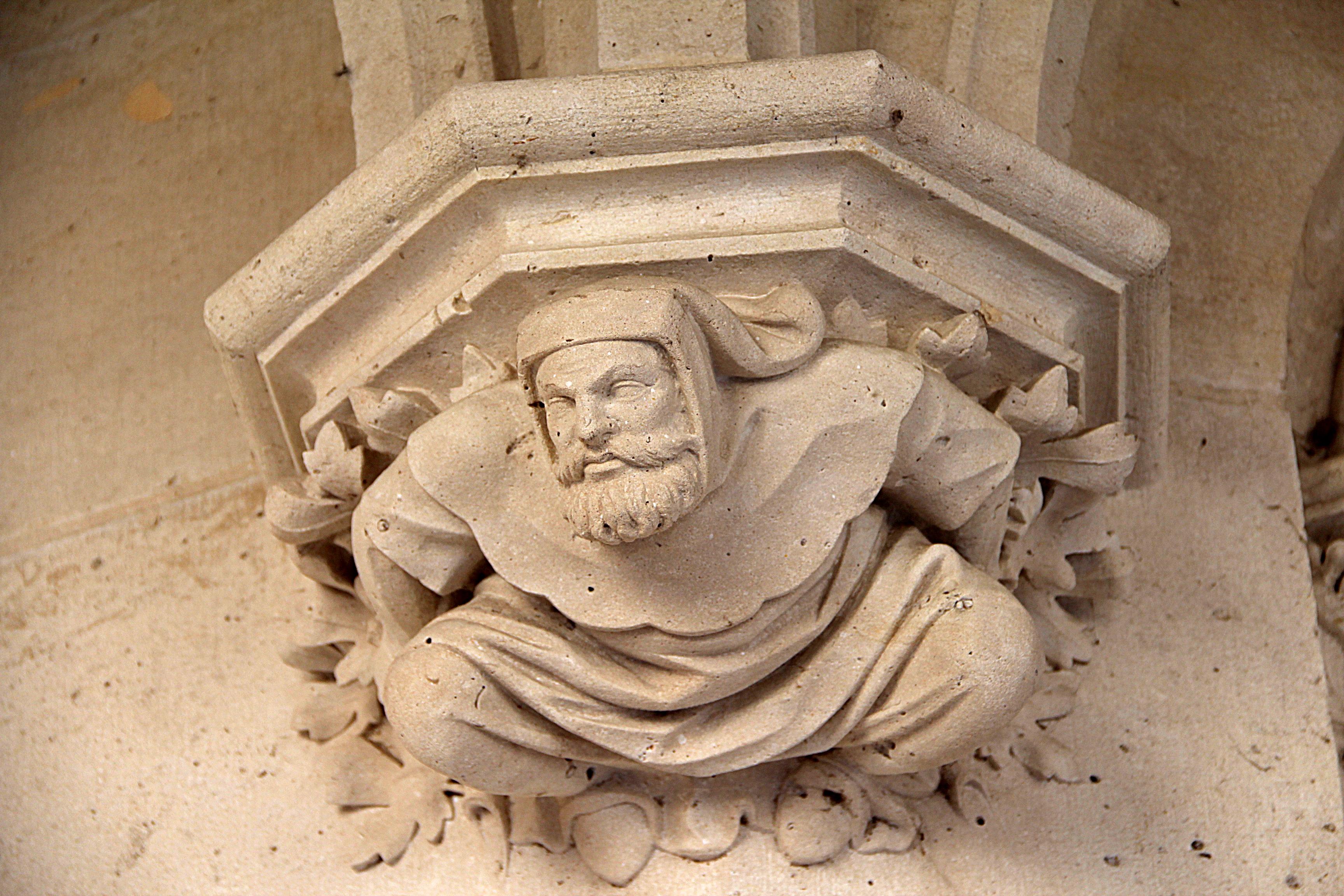 File pierrefonds console ornée d une sculpture