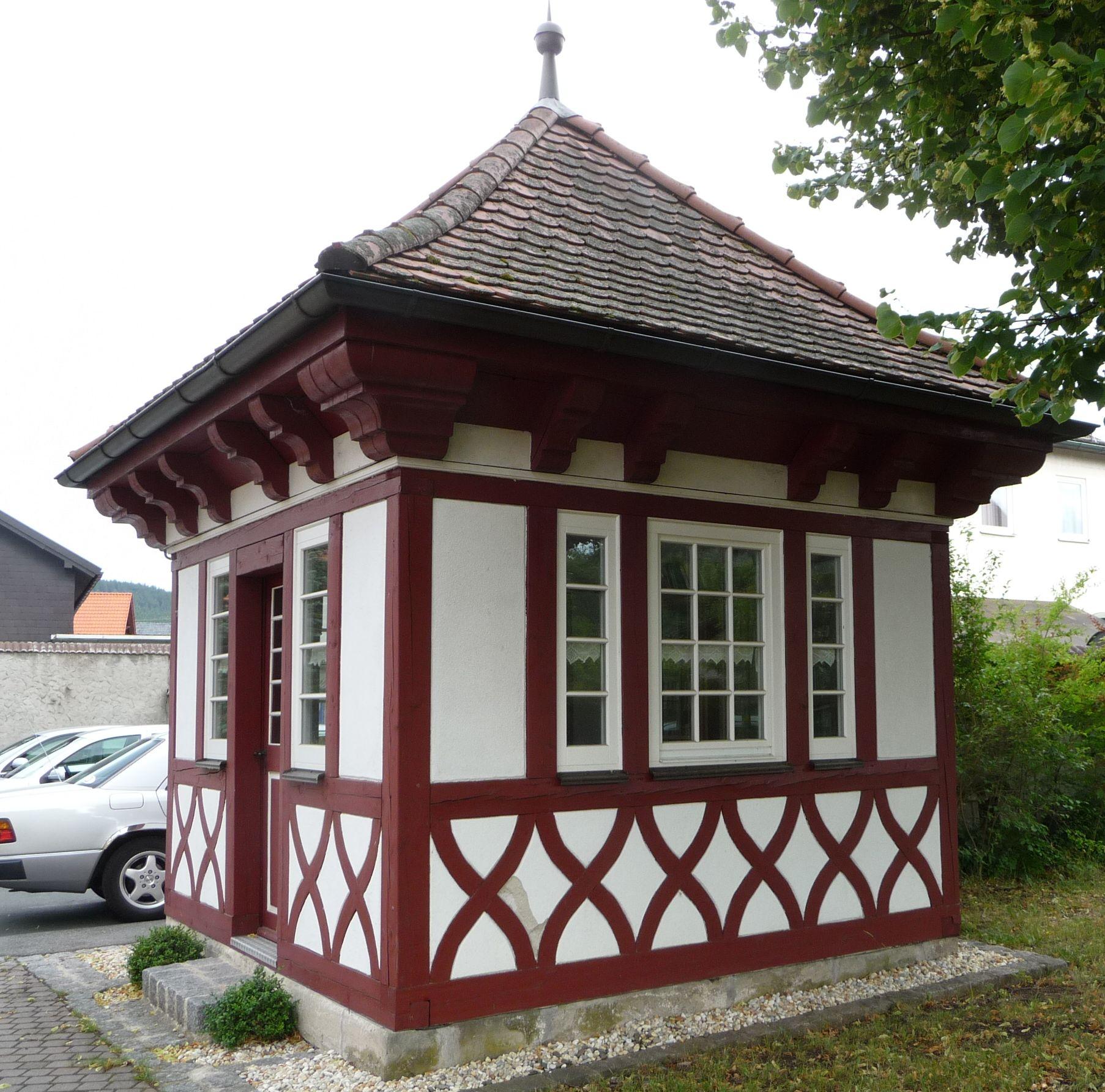 file:1908 ließ der pfarrer diesen pavillon in fachwerkbauweise als