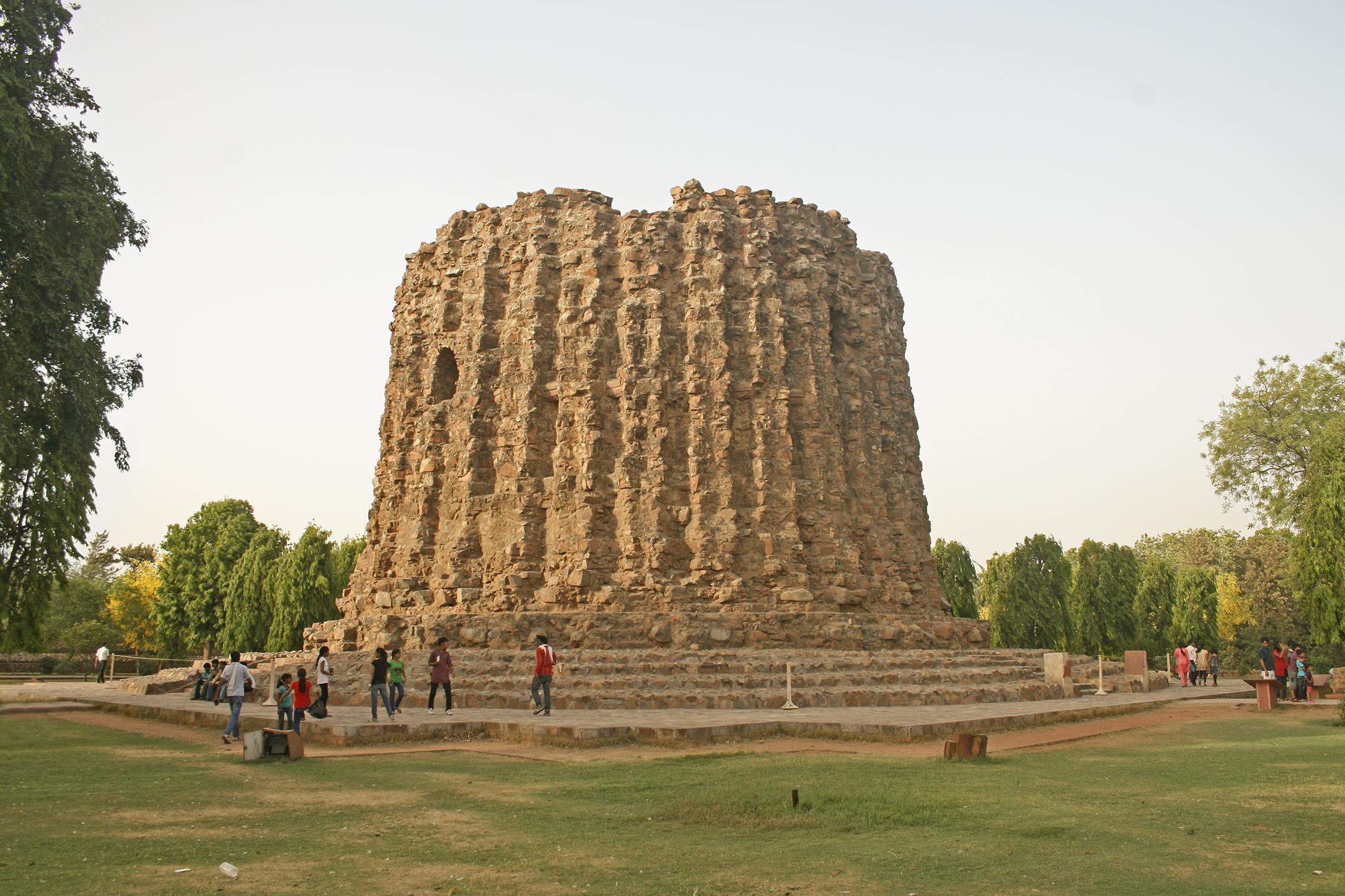 File:Alai minar, Qutb Complex.jpg - Wikimedia Commons