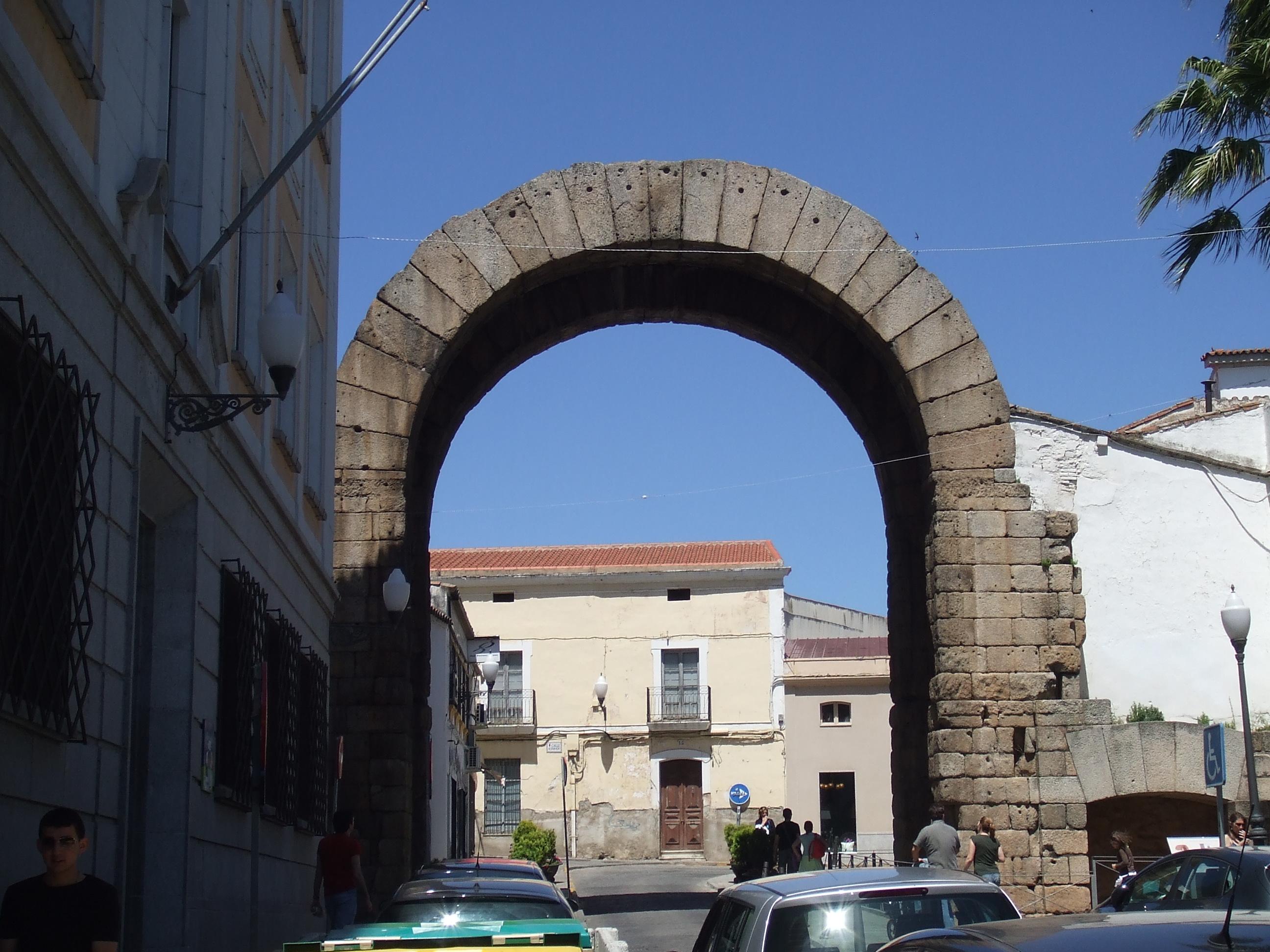 File:Arco de Trajano, Mérida.JPG - Wikimedia Commons