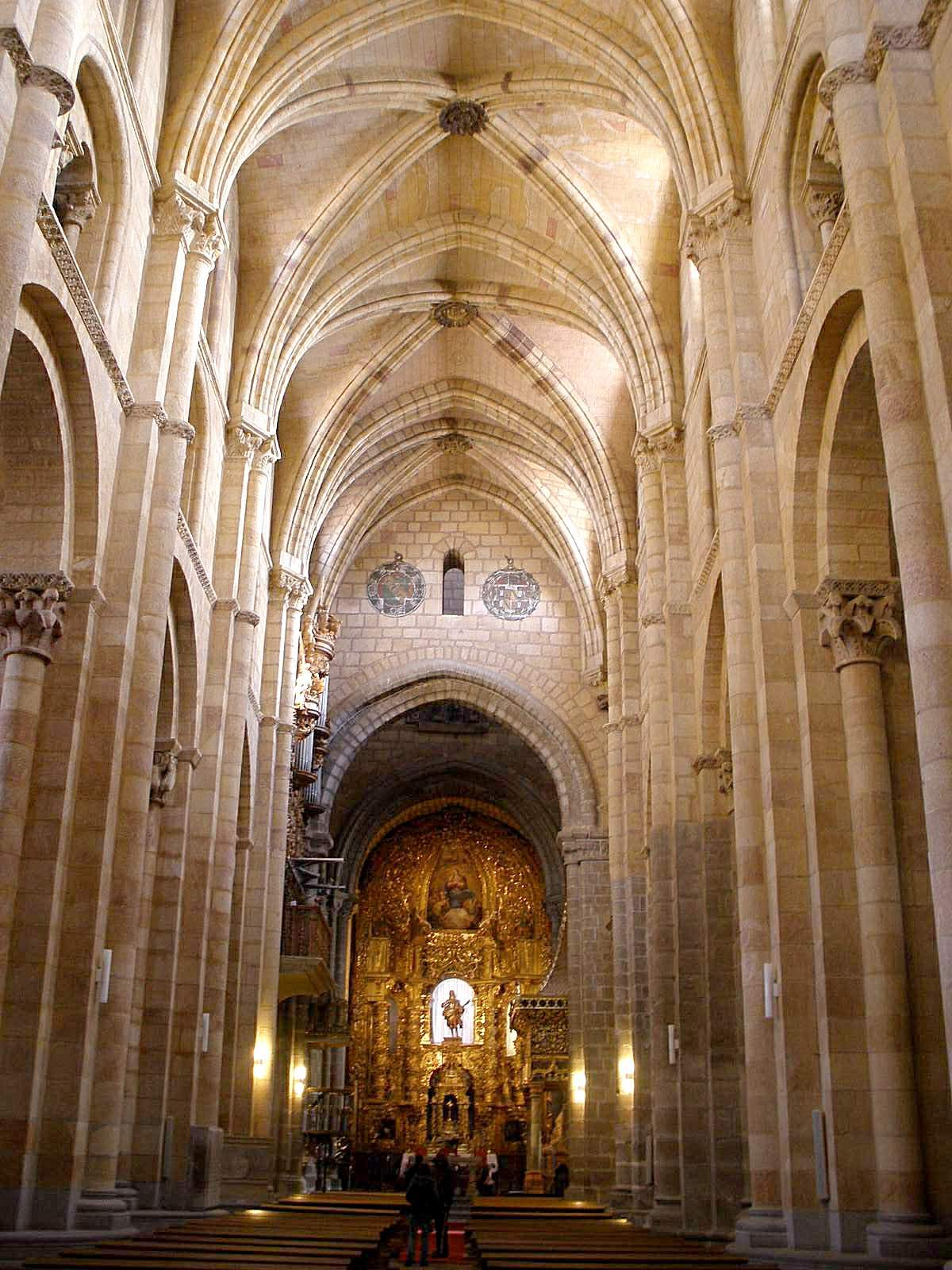 File:Avila - Basilica de San Vicente, interiores 01.jpg ...
