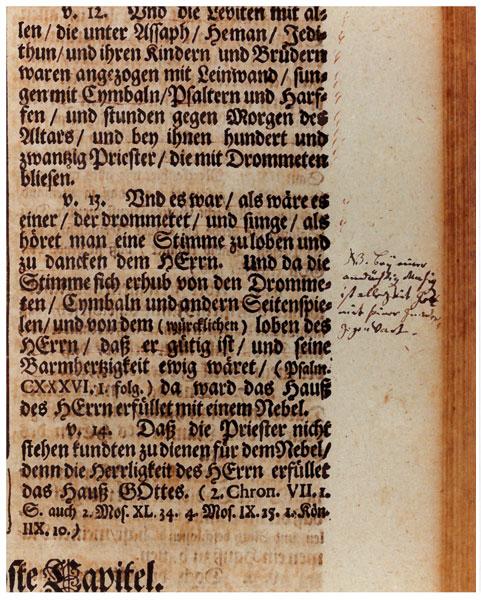 """Una nota manuscrita de Bach en su copia de la Biblia de Calov. La nota junto al 2 Crónicas 5:13 dice: """"Bey einer andächtigen Musiq ist allezeit Gott mit seiner Gnaden Gegenwart"""" ((N (ota) B (ene) En una música de culto Dios siempre está presente con su gracia)."""