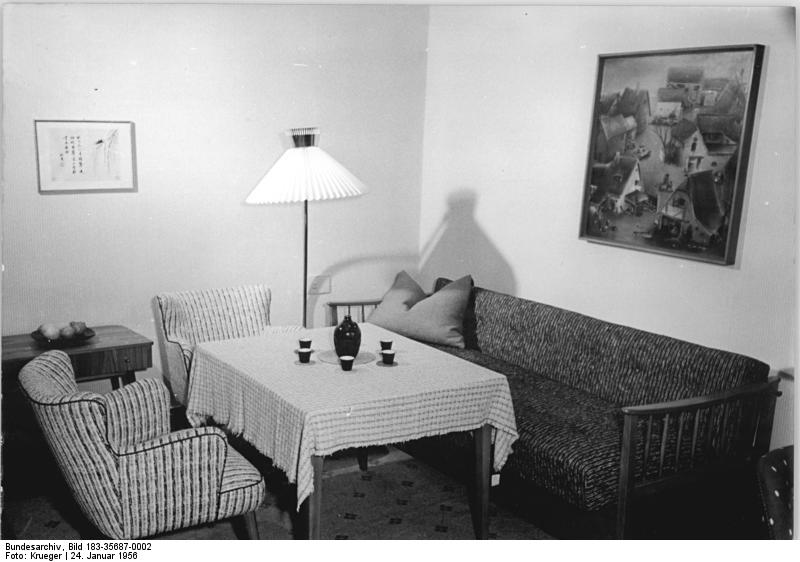 0002 berlin möbelausstellung wohnzimmer jpg wikimedia commons