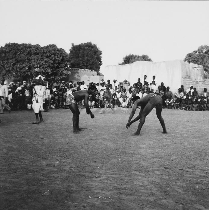 incontro di wrestling fra atleti di etnia Samo