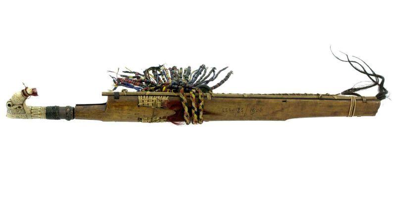 File:COLLECTIE TROPENMUSEUM Zwaard met gevest van hertshoorn schede en mesje TMnr H-1679.jpg