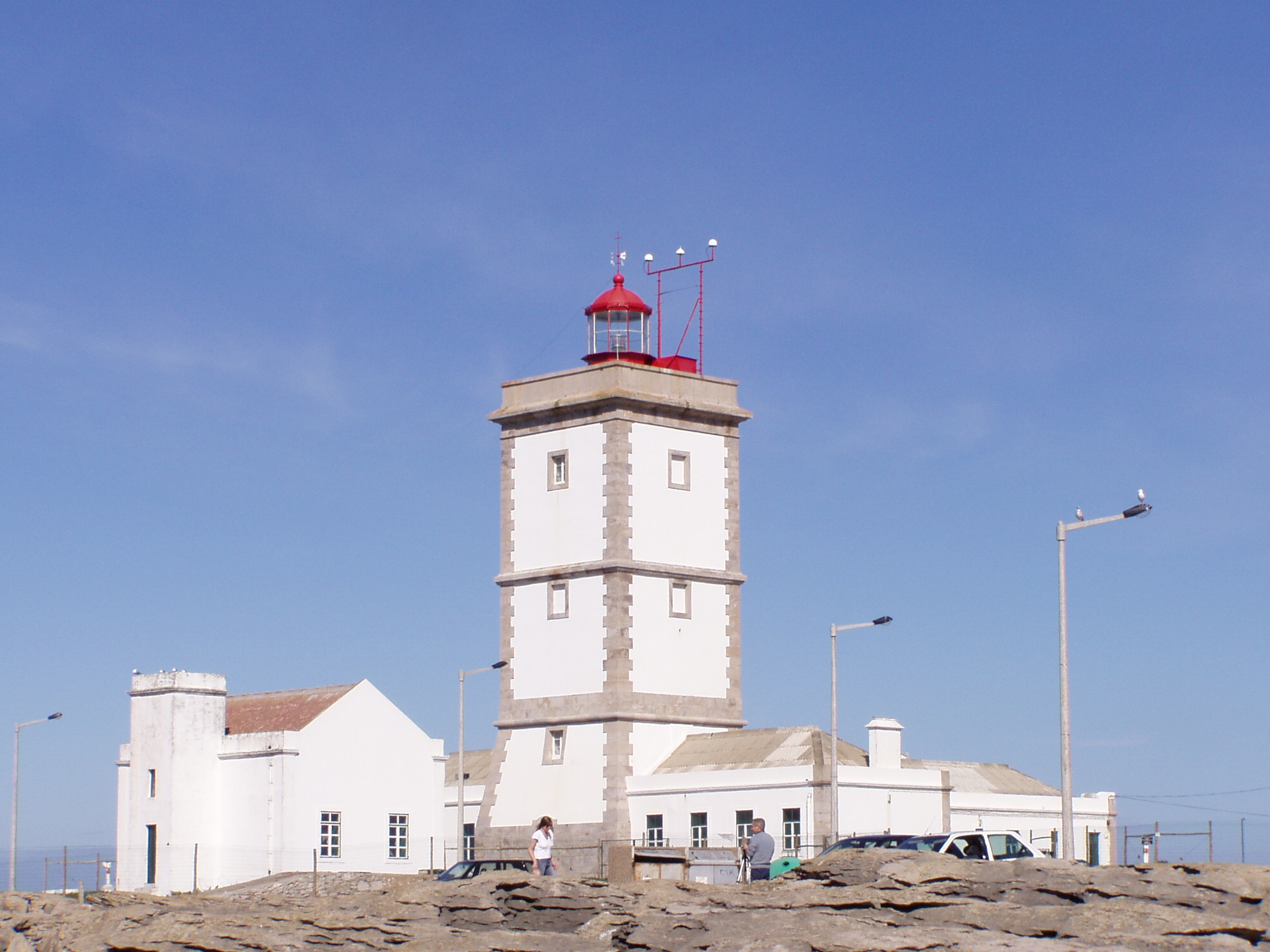 https://upload.wikimedia.org/wikipedia/commons/4/47/Cabo_Carvoeiro_farol.jpg