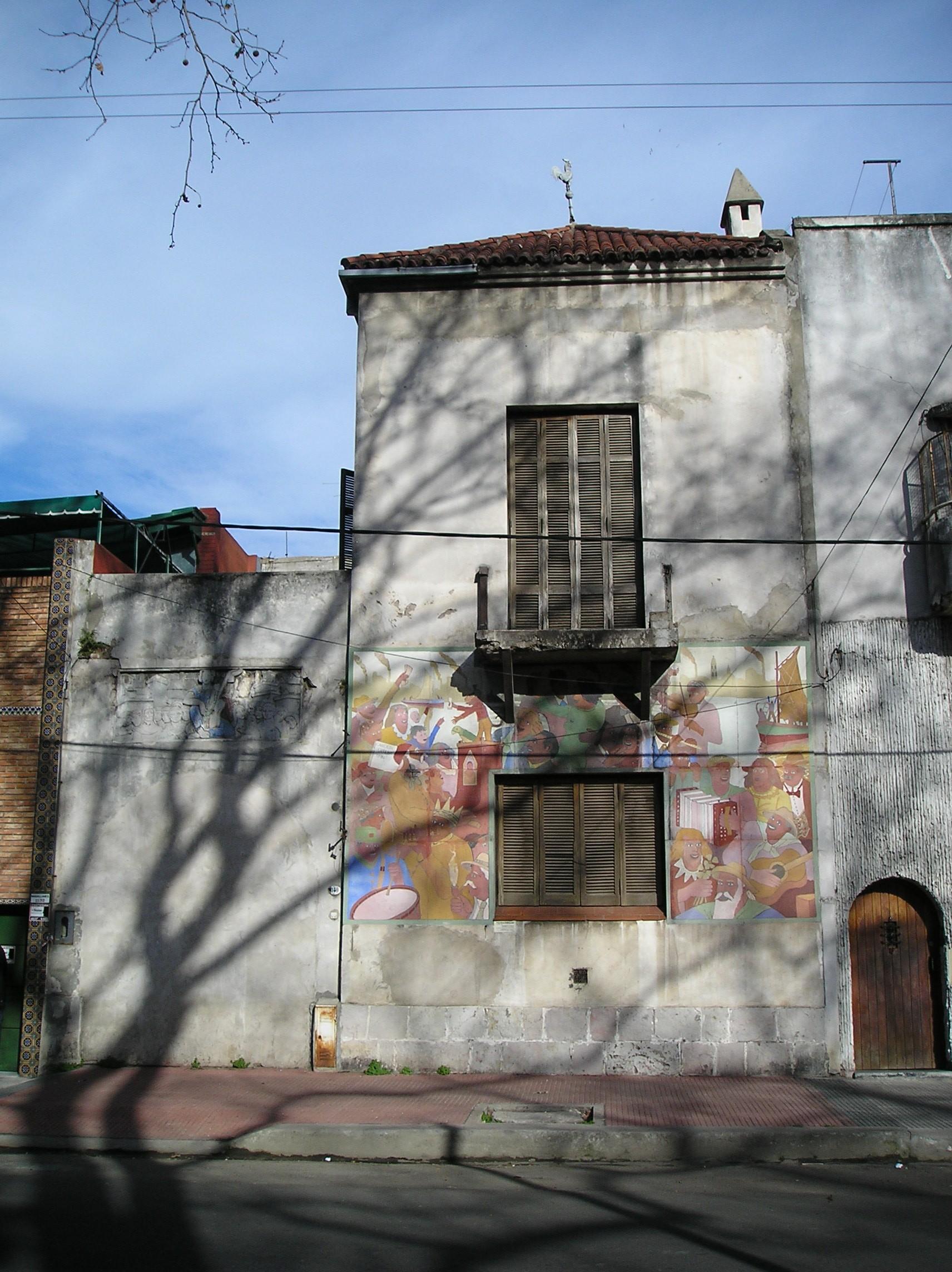 Casa de Filiberto en Magallanes 1140 (barrio de La Boca). El frente es un fresco de Benito Quinquela Martín, titulado Música popular.
