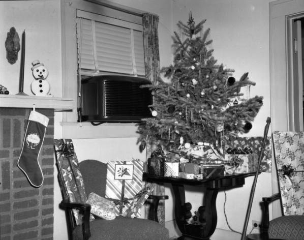 File:Christmas Tree on Table.jpg