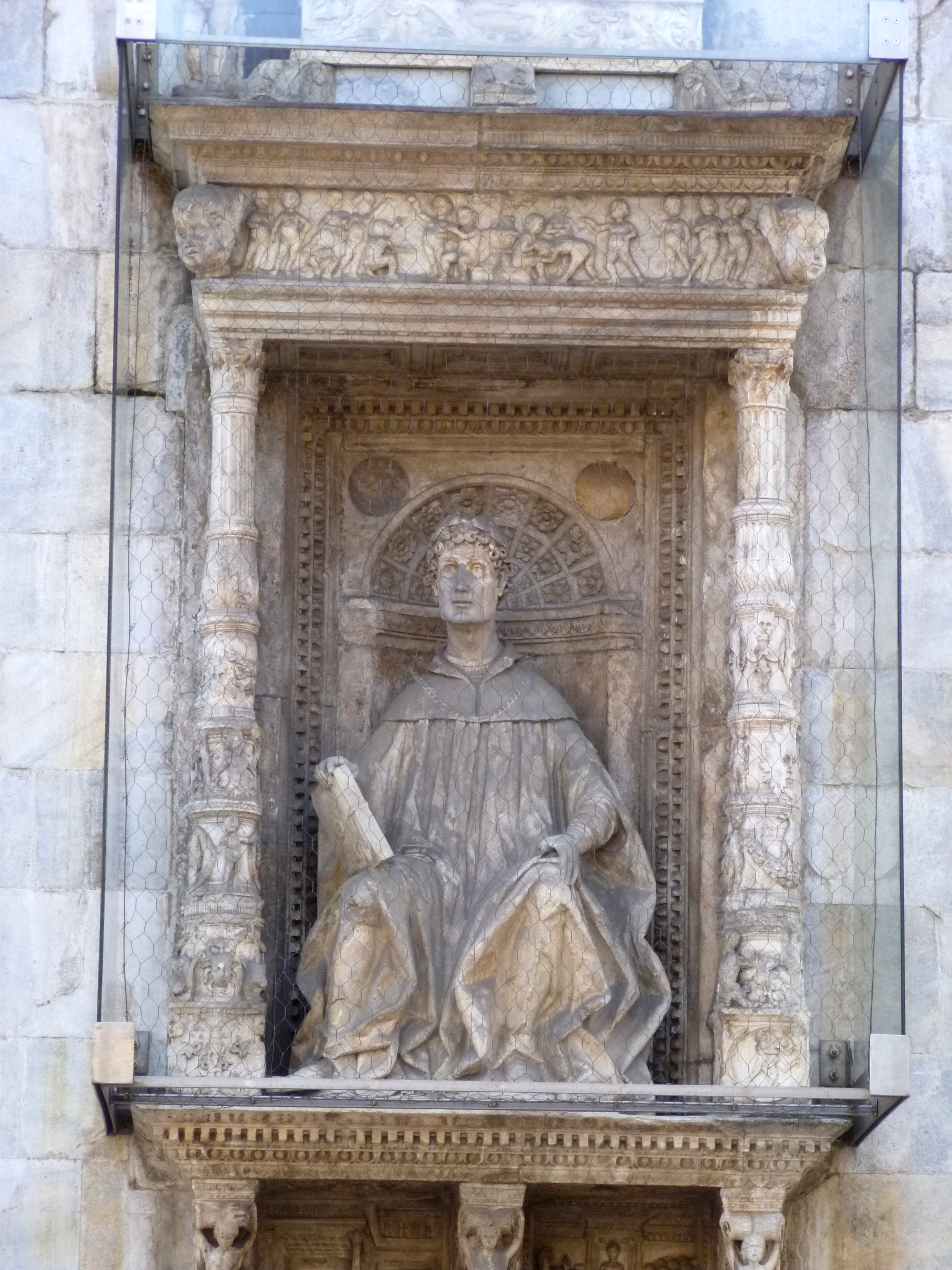 Statue of Pliny the Younger on the facade of Cathedral of S. Maria Maggiore in [[Como]]