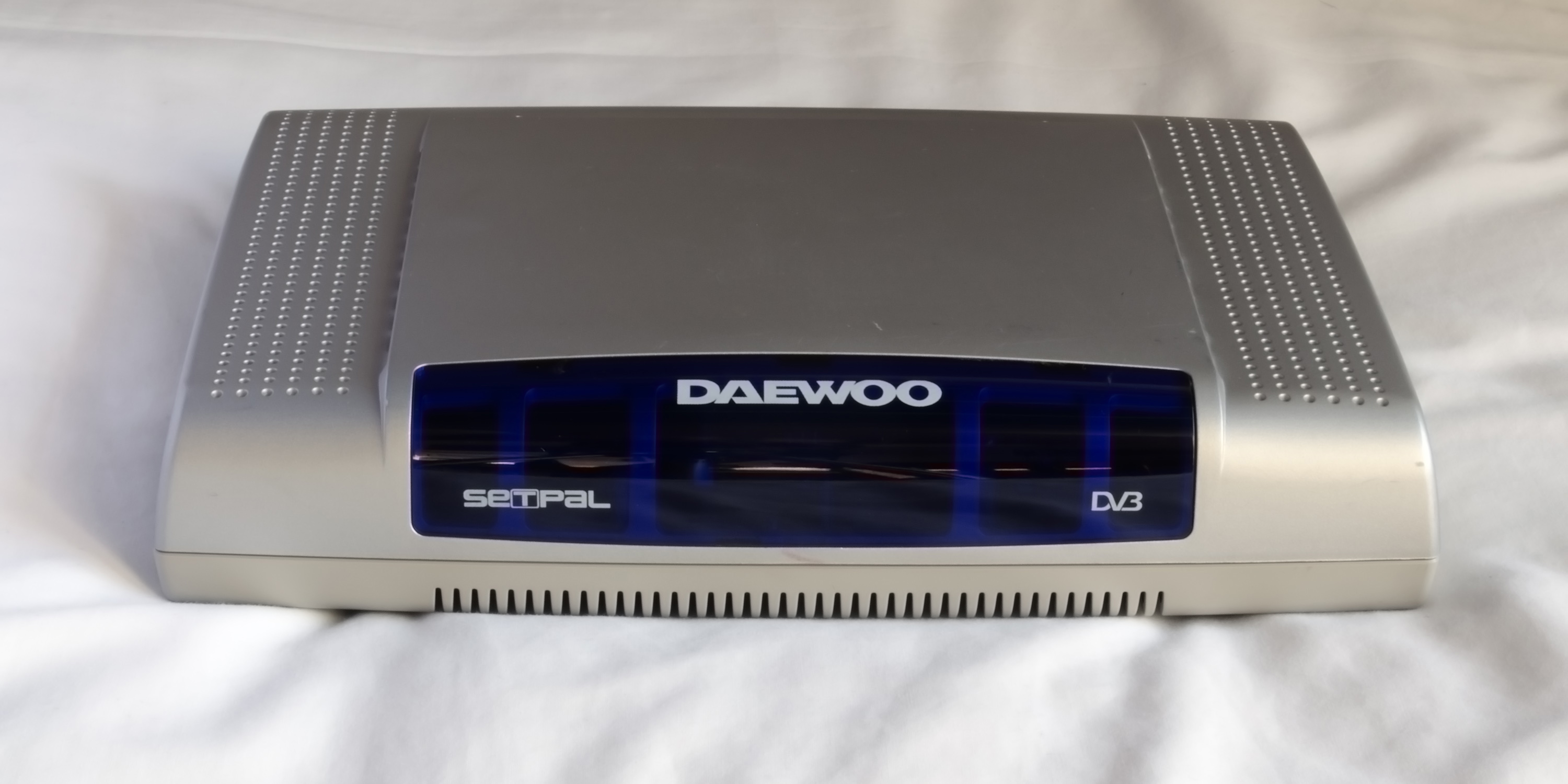 File:Daewoo DS608P Freeview DVB-T set top box (front and top)