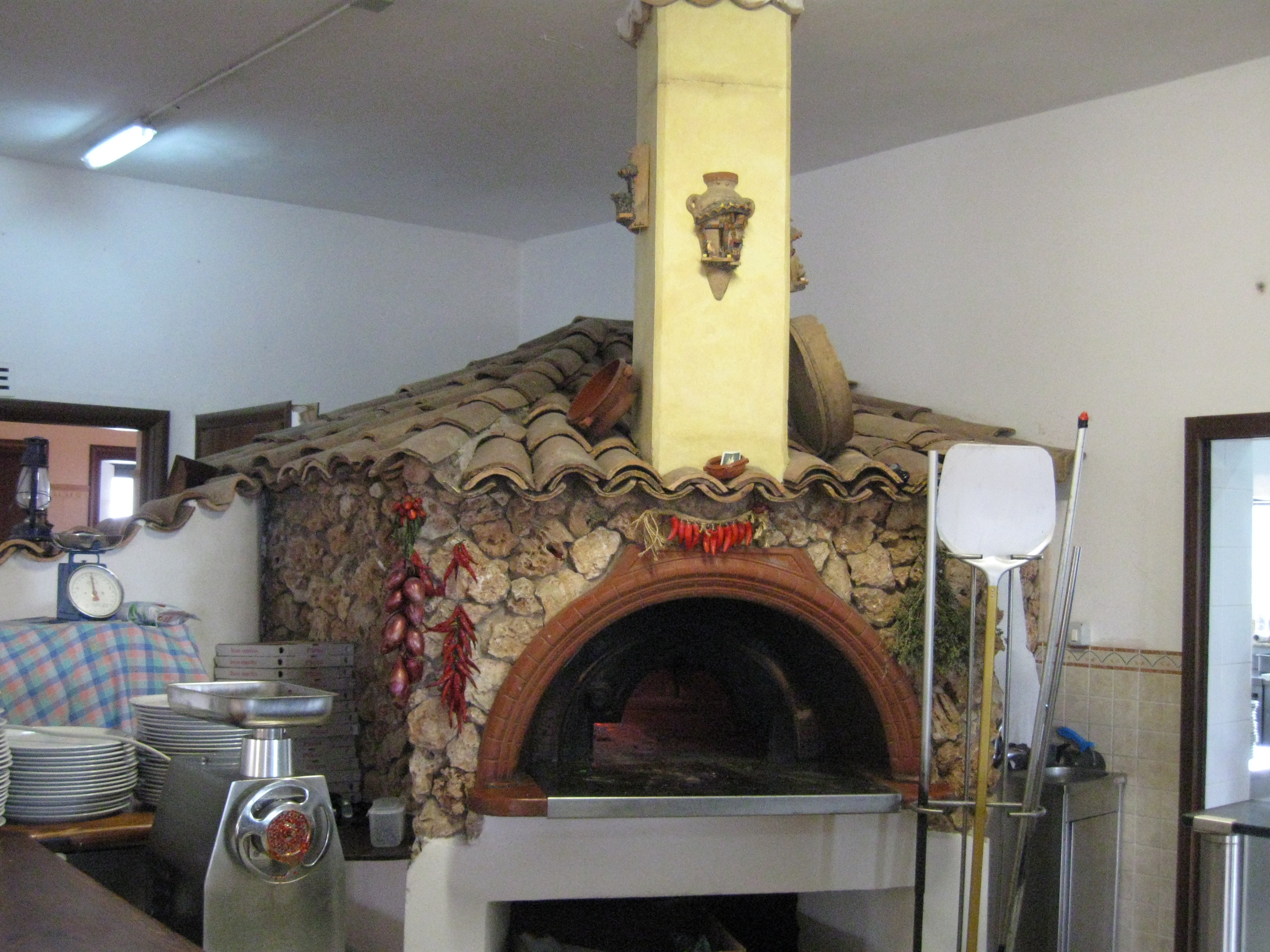 File forno a legna per pizza jpg wikimedia commons for Temperatura forno pizza