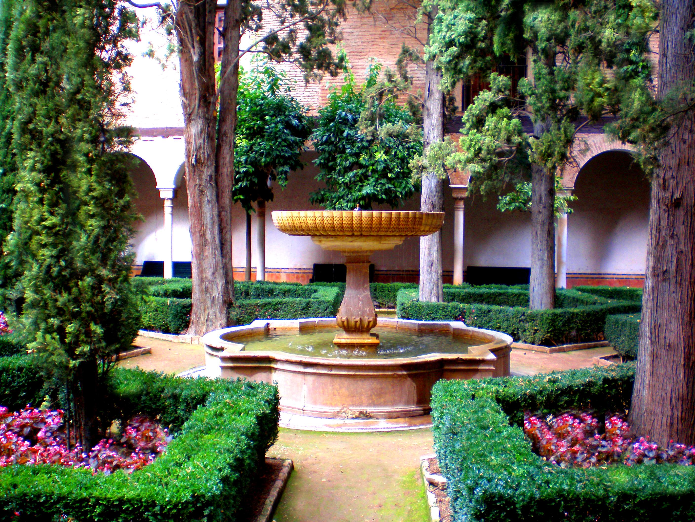 File fuente del patio de lindaraja en los palacios for Patios de granada