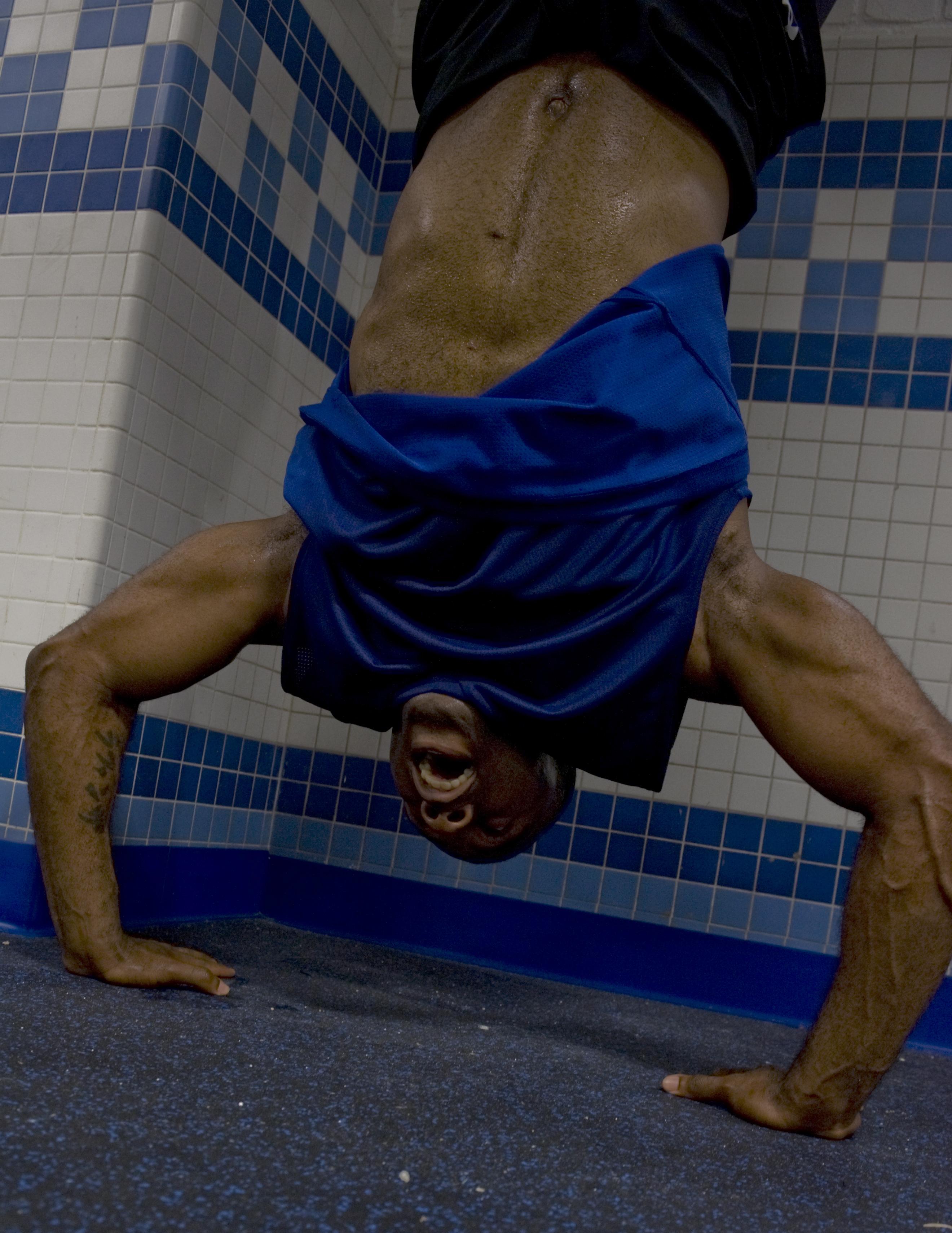 File:Handstand pushup.jpg - 维基百科,自由的百科全书
