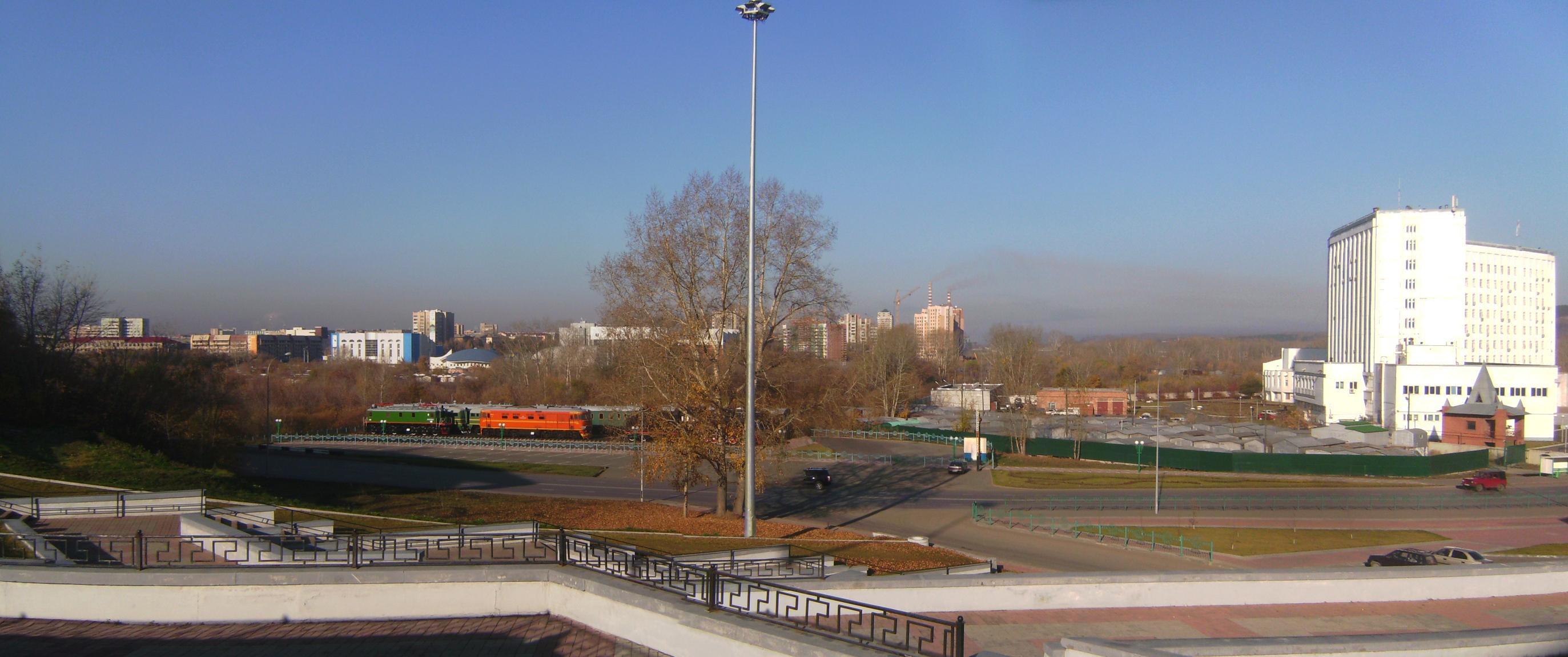 Kemerovo Pionerski-bulvar vid-na-poezda-i-gorod.jpg