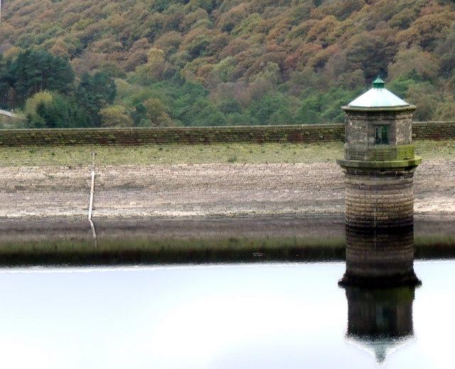 Kinder Reservoir Water Outlet - geograph.org.uk - 1536351