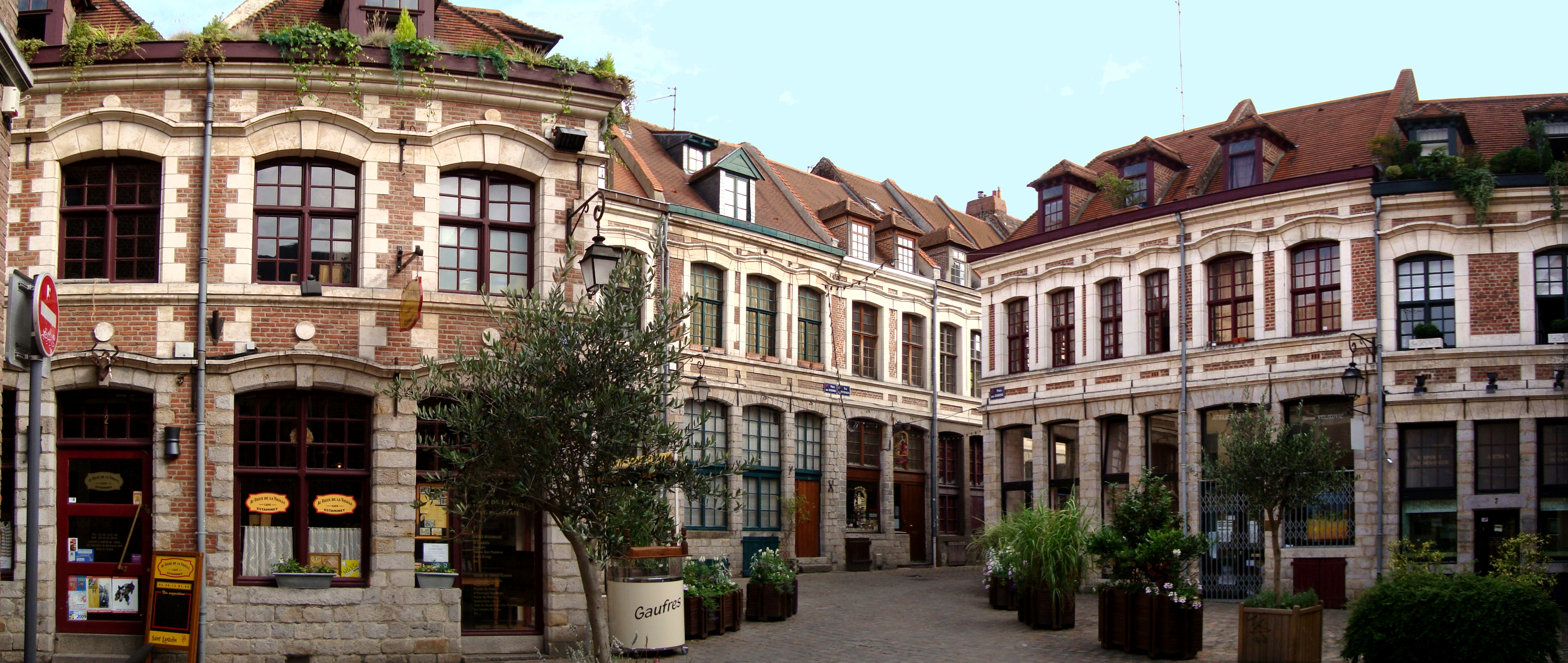 https://upload.wikimedia.org/wikipedia/commons/4/47/Lille_place_aux_oignons.JPG