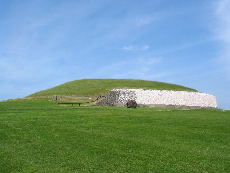 File:Newgrange ireland 750px.jpg