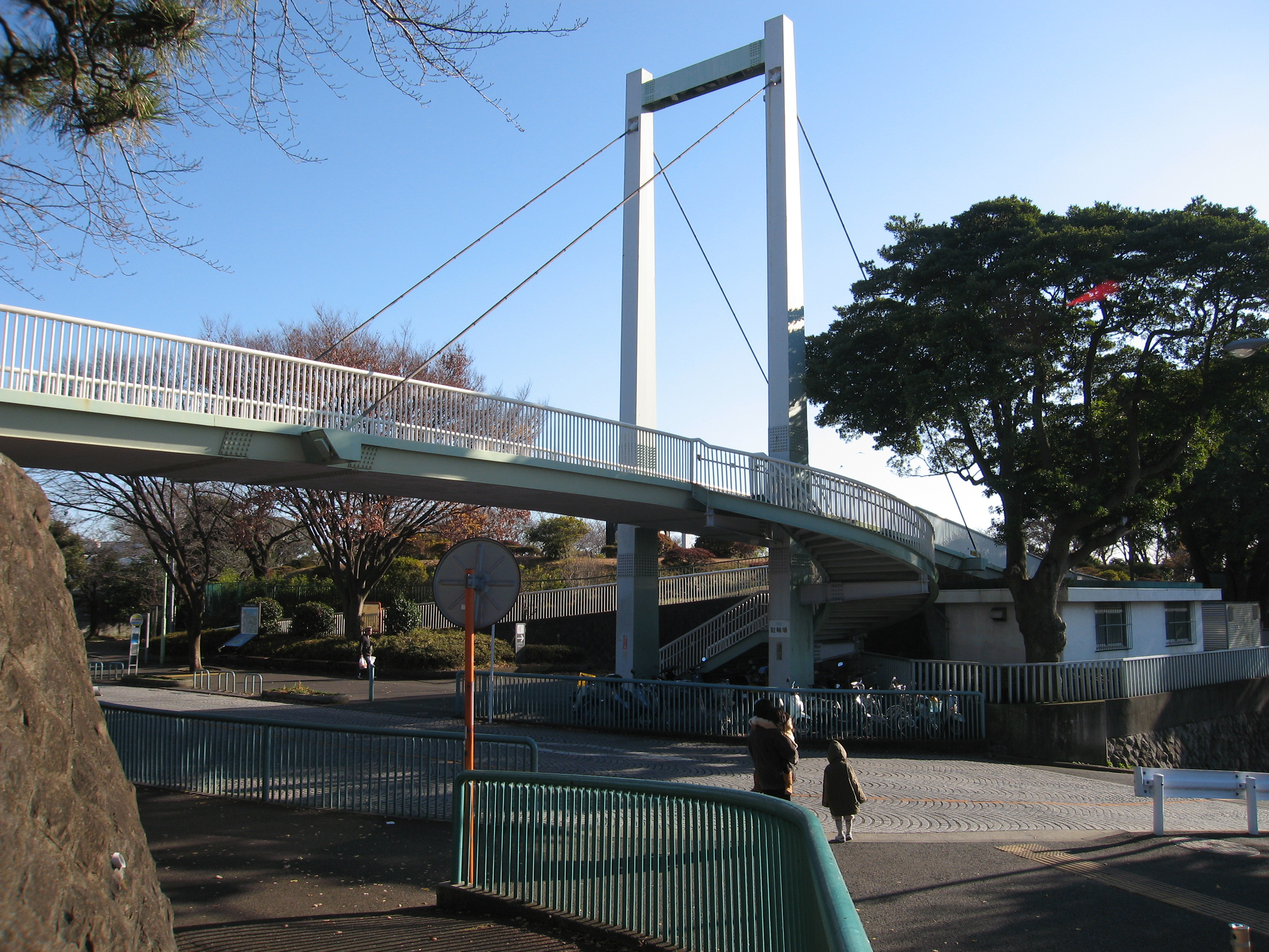 https://upload.wikimedia.org/wikipedia/commons/4/47/Nogeyama_Footbridge.JPG