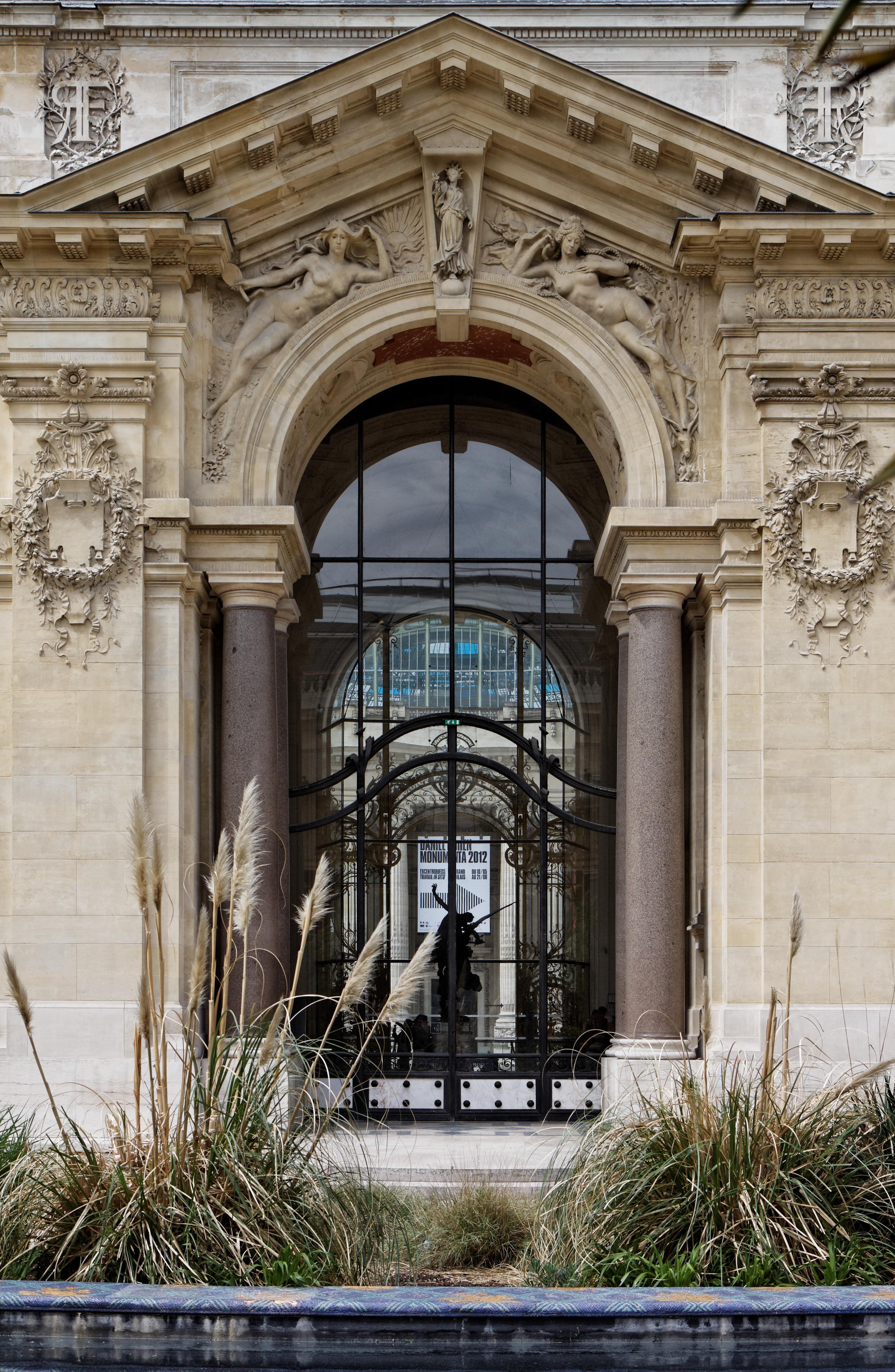File paris le petit palais le jardin pa00088878 013 for Le petit salon paris