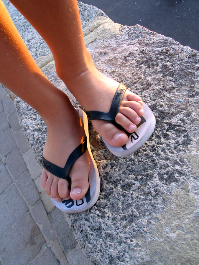 172b6d2eba16 File Person wearing flip flops.jpg - Wikimedia Commons