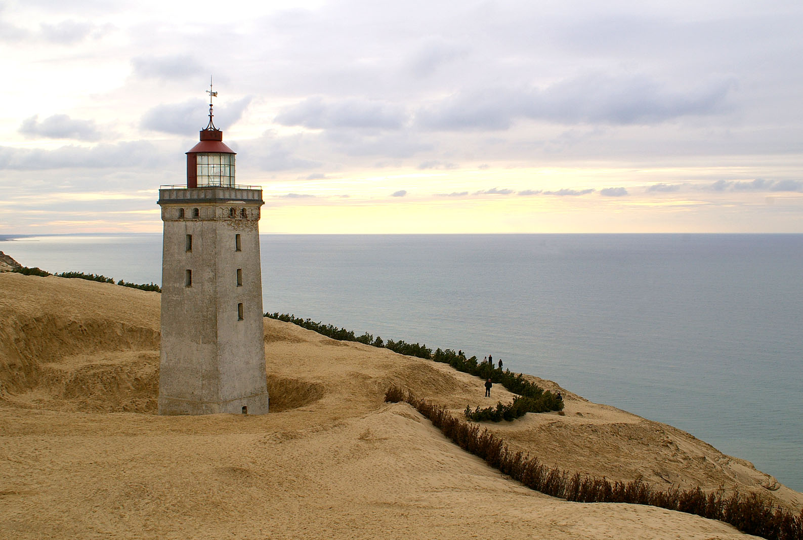 Rubjerg_Knude_and_the_sea.jpg