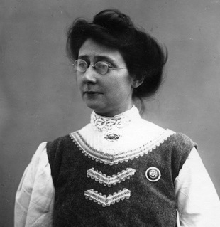 https://upload.wikimedia.org/wikipedia/commons/4/47/Suffragette_Mary_Blathwayt_1909._Blathwayt%2C_Col_Linley.jpg